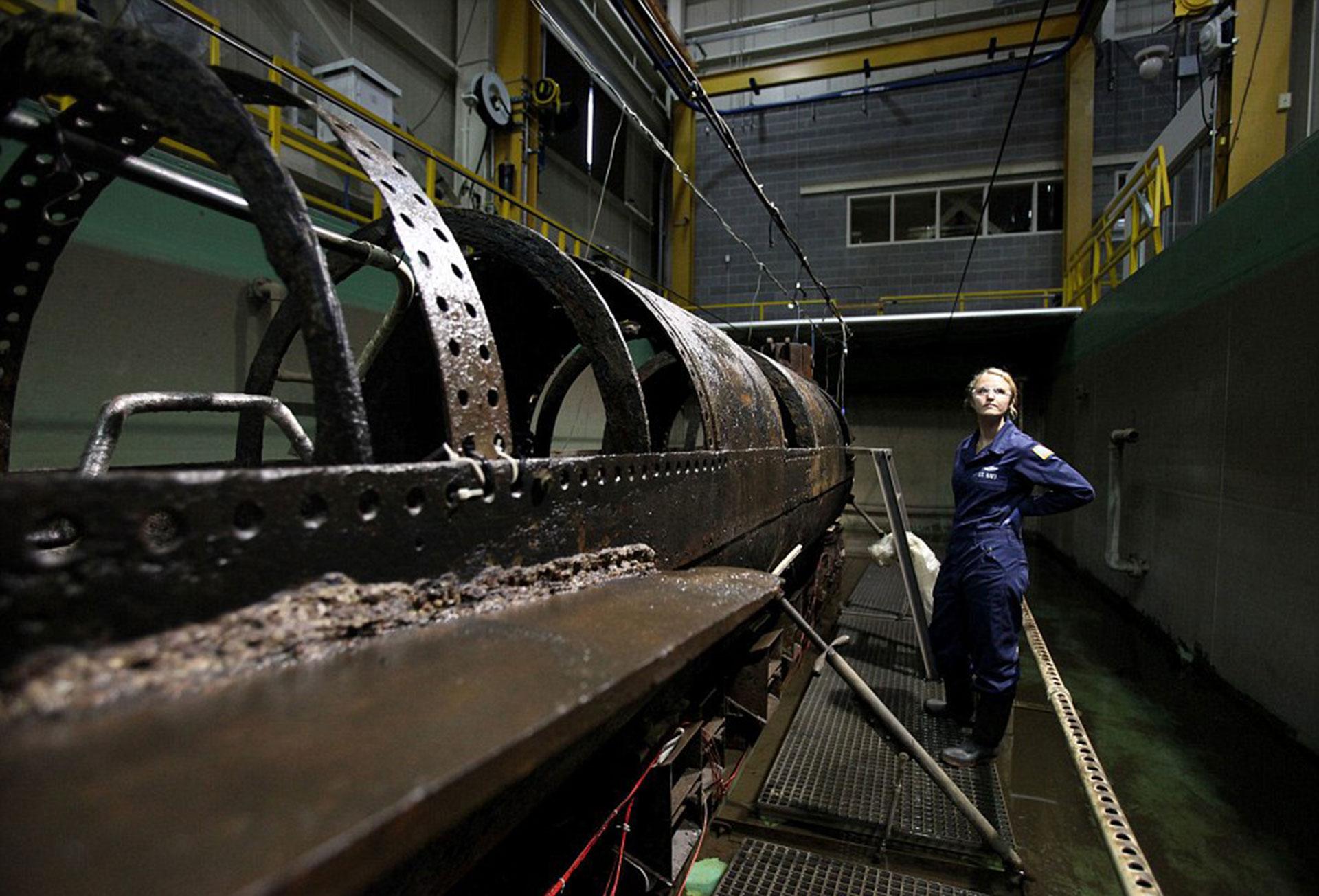 Dos científicos trabajaron durante 17 años en separar los residuos, el óxido y el barro de la estructura del submarino. En ese proceso hallaron los restos del marino Frank Collins. En la foto, la conservadora Anna Funke (AP)