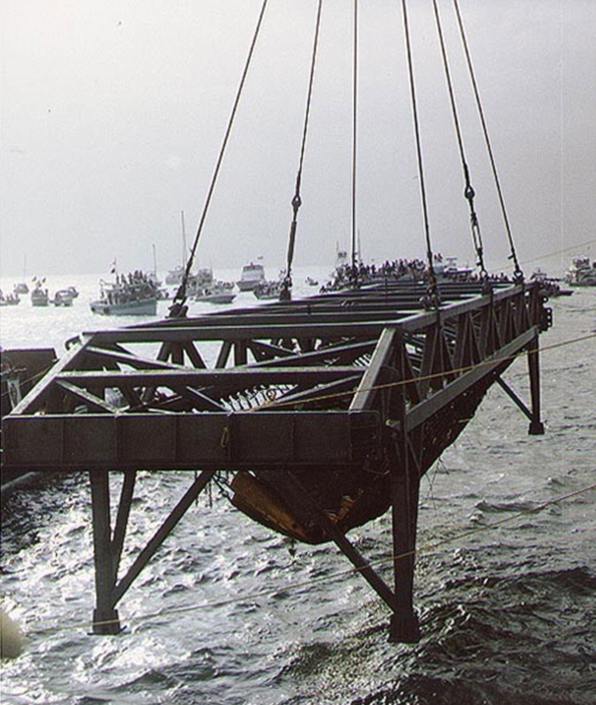 Al momento del rescate del naufragio en 2000, se encontraron restos de los tripulantes, que fueron enterrados (Daily Mail)