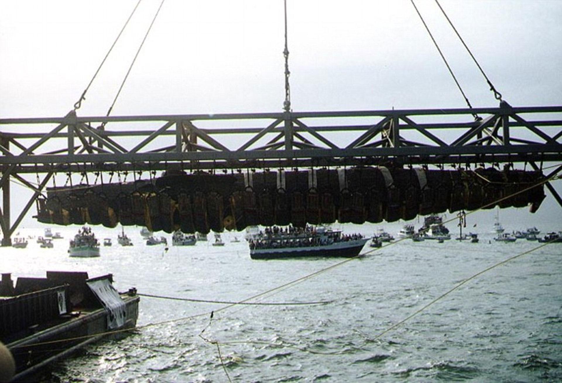 El Hunley al momento de ser sacado del agua, en el año 2000, en la bahía de Charleston (Daily Mail)