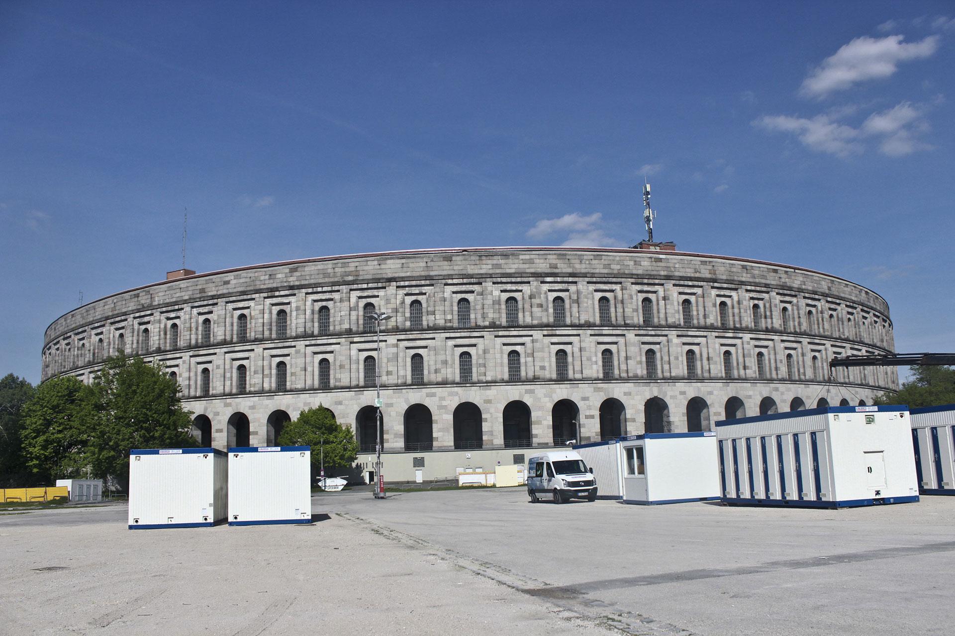 Exterior de la Sala de Congresos desde la Gran Calle