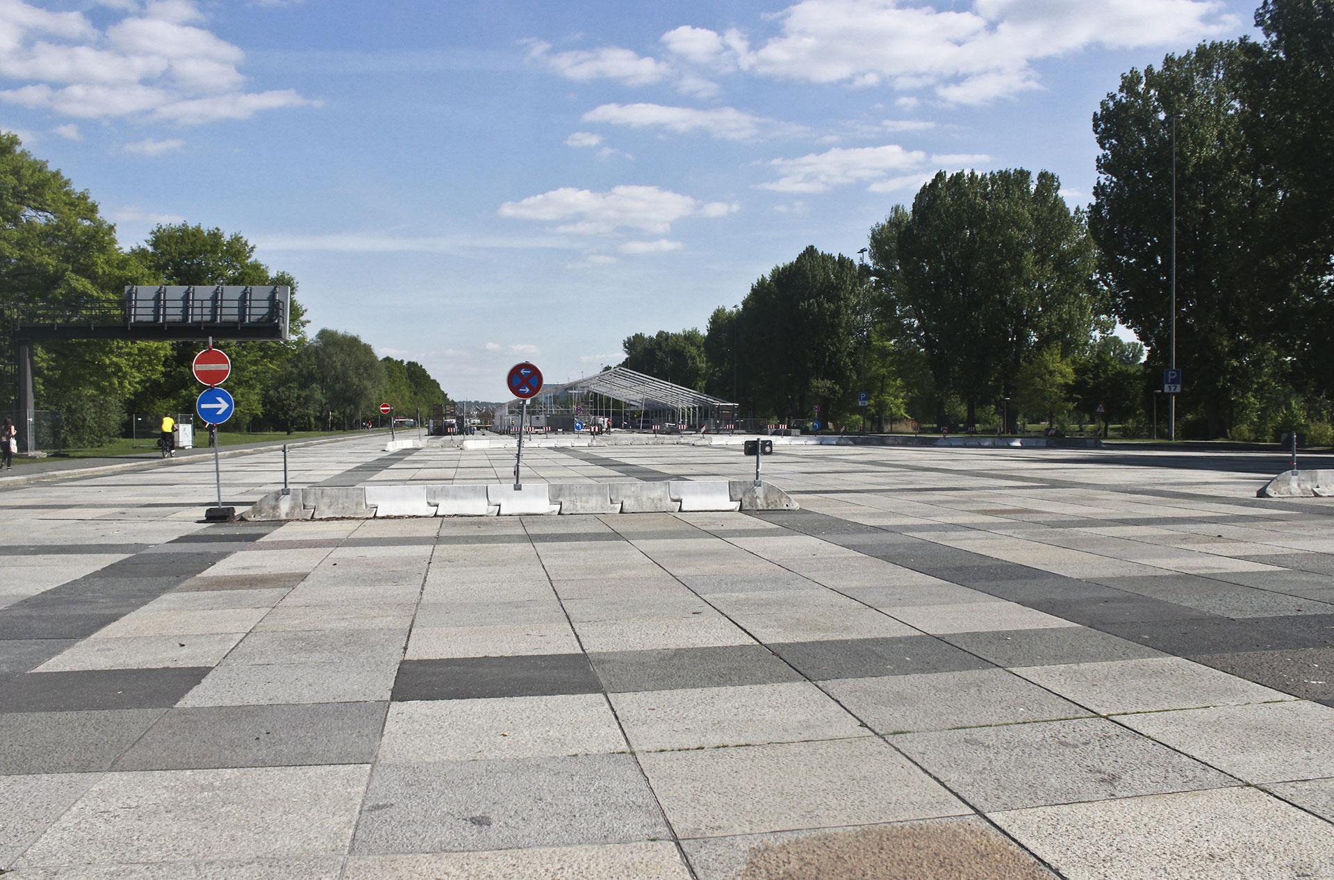 Gran Calle, con espacios demarcados para estacionamiento e instalaciones para el Festival de Primavera (Volksfest)