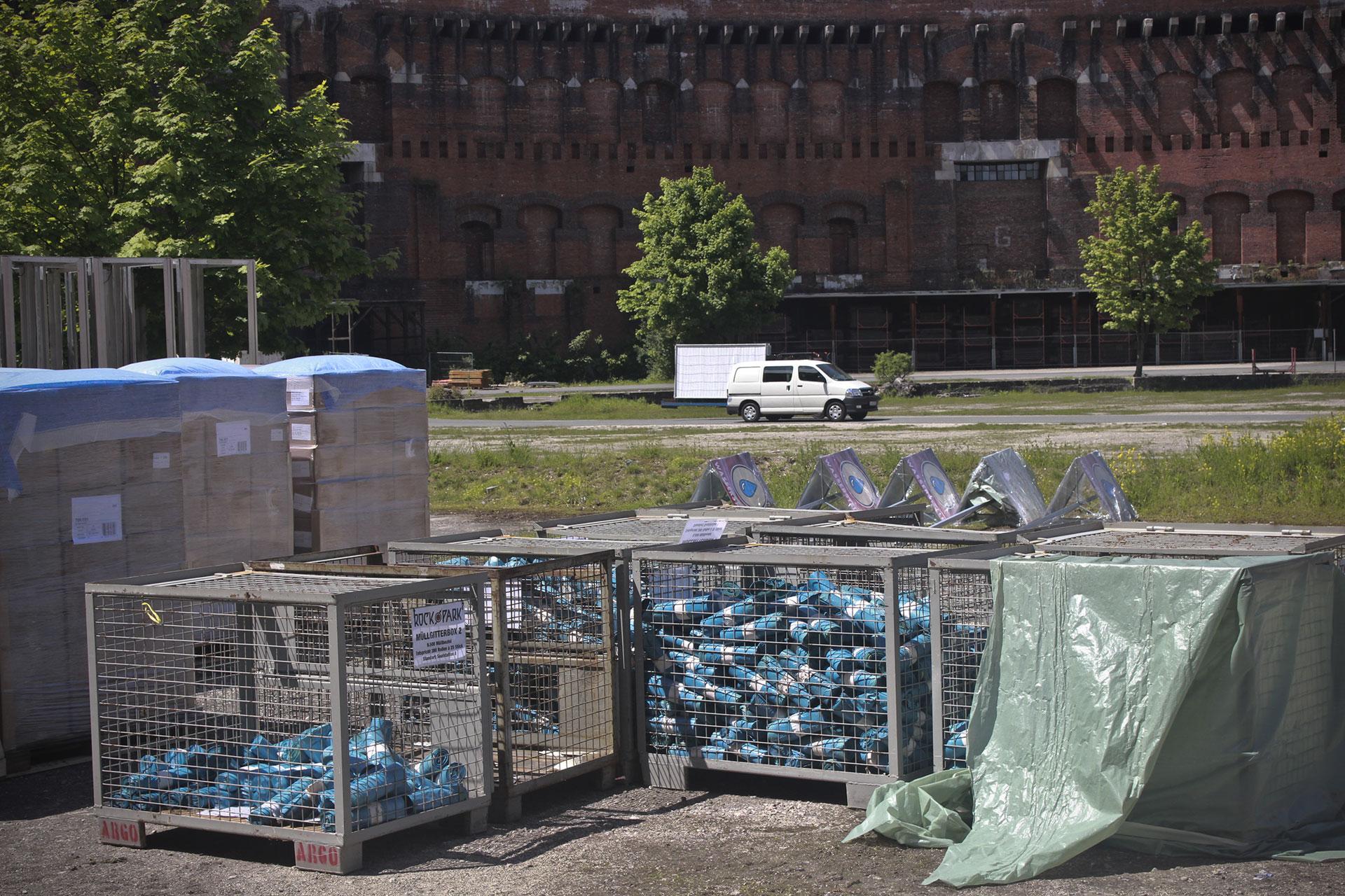 Materiales para preparar el festival de rock frente al antiguo Palacio de Congresos