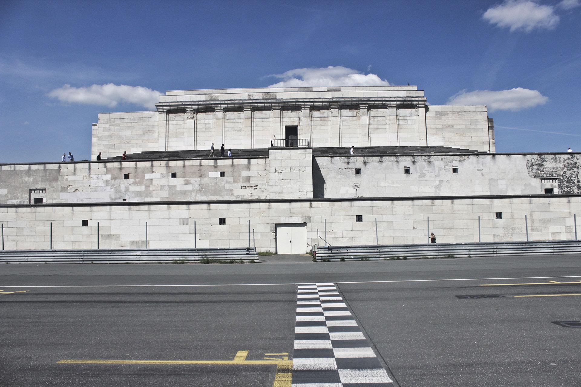 Tribuna central del Campo de Zeppelin, hoy, con parte del circuito automovilístico callejero.