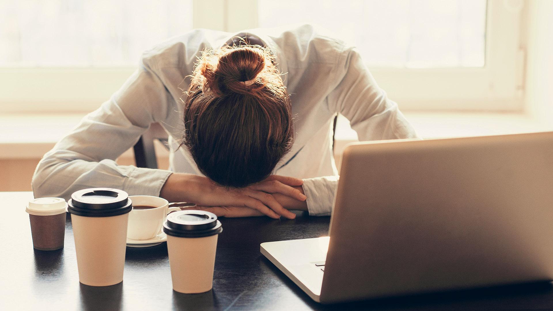 Quienes no descansan correctamente no logran concentrarse en sus tareas o se muestran irritados (iStock)