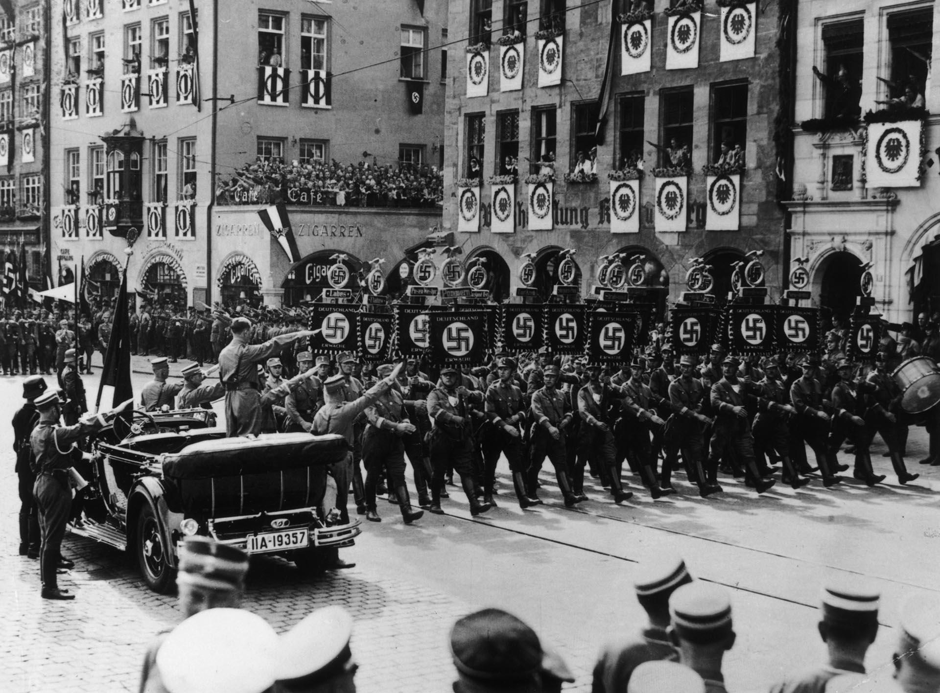 Adolf Hitler saludo durante una marcha de celebración nazi en Núremberg, en 1935 (Getty Images)