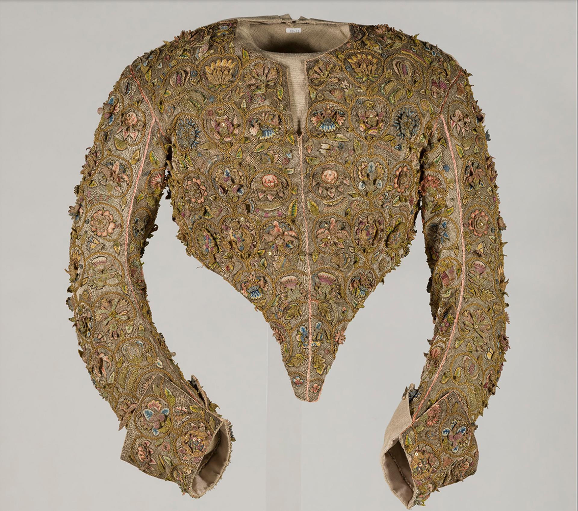Exhibido en el museo del traje de Kyoto, bordado en flores y hojas