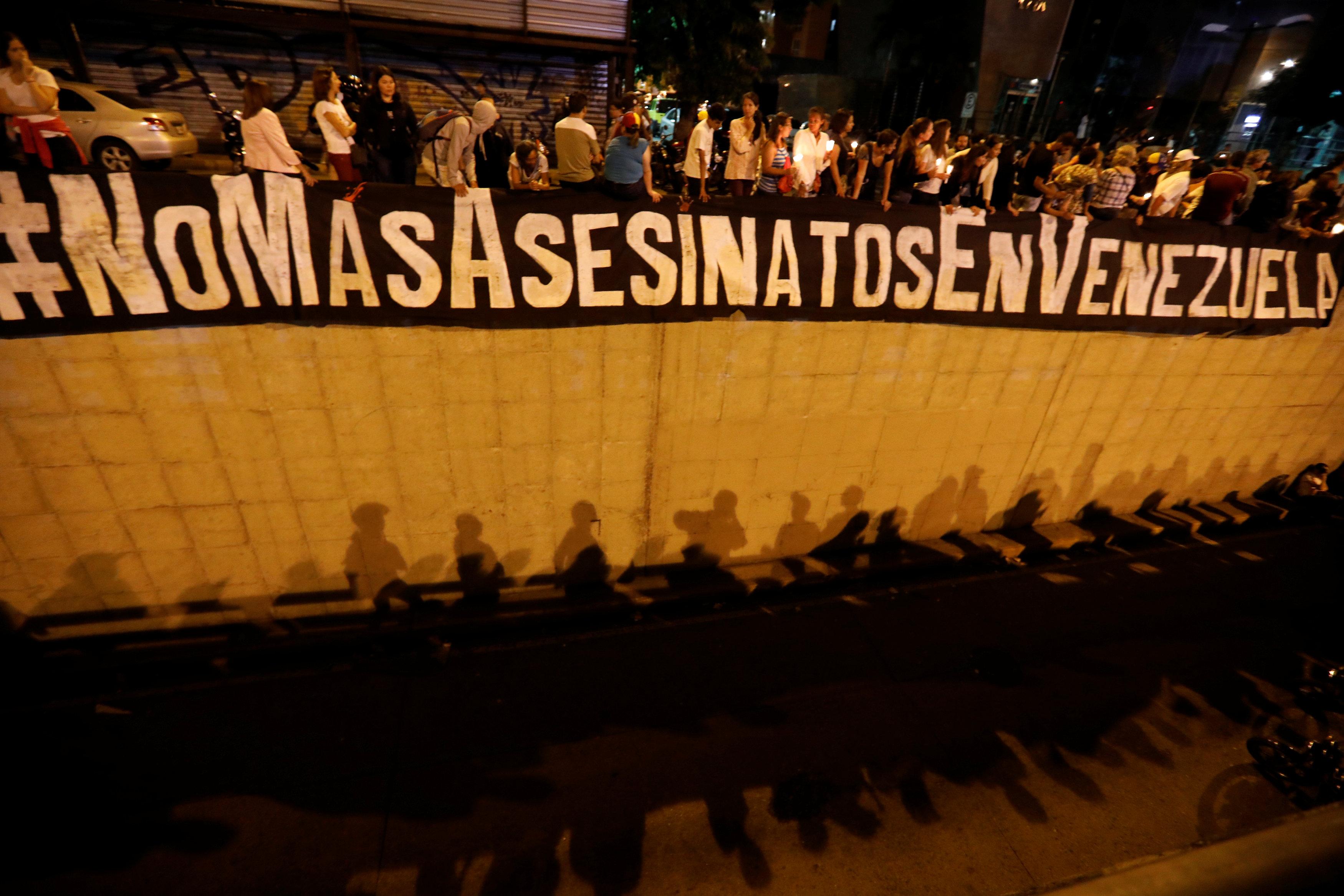 Una de las consignas principales que clama el pueblo venezolano es que no haya más asesinatos. (REUTERS)
