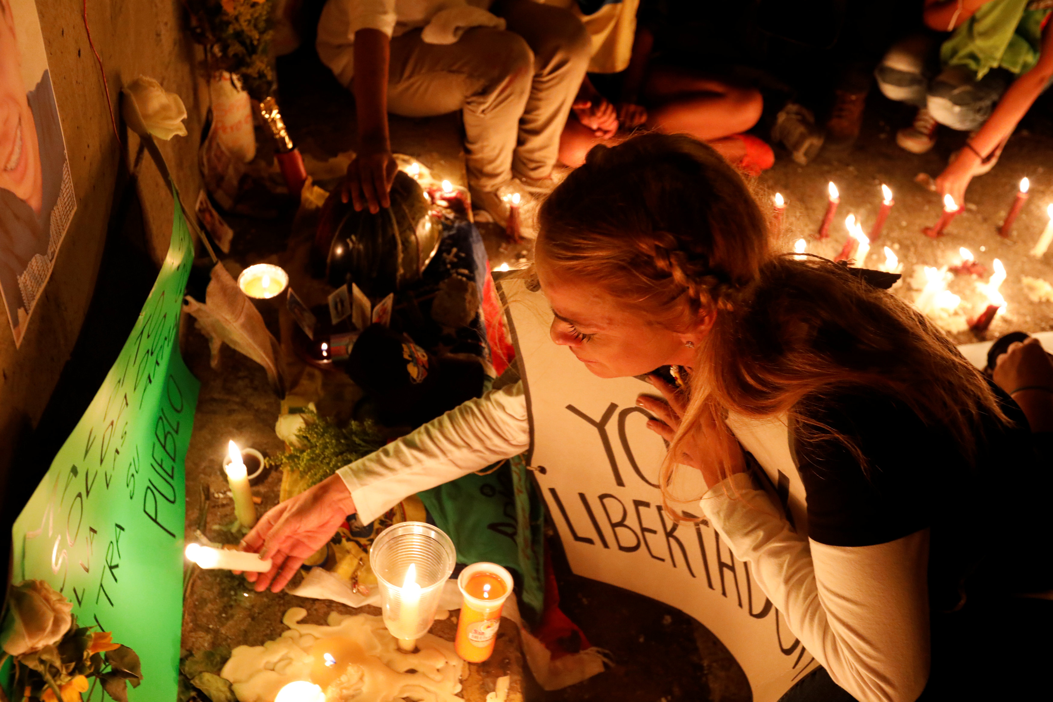 Liliana Tintori puso una vela blanca en el improvisado altar erigido en la memoria del joven. (REUTERS)