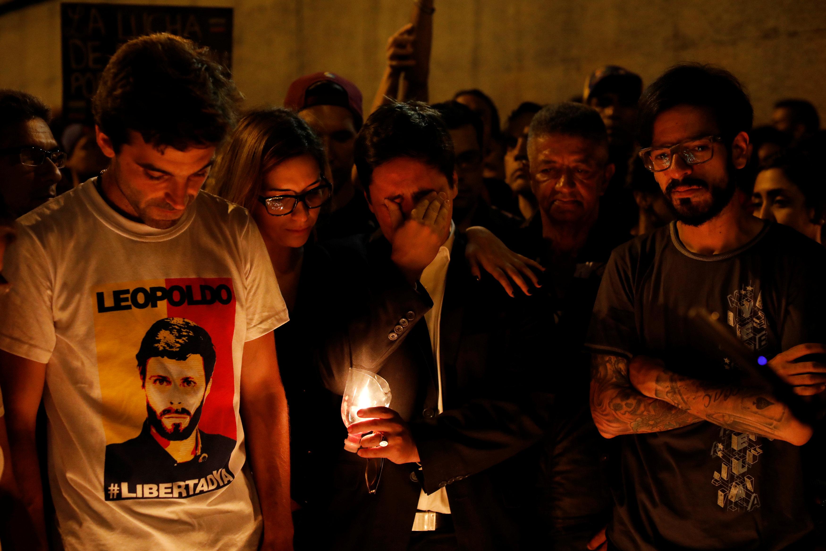 El líder opositor Freddy Guevara llora durante la marcha en honor al joven asesinado. (Reuters)
