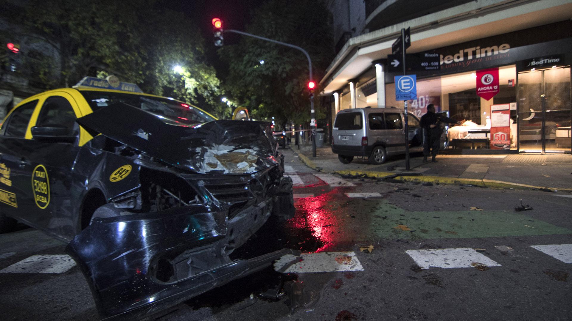El barrio porteño de Balvanera amaneció con un violento accidente de tránsito. Cinco personas resultaron heridas a raíz del choque entre un taxi y una camioneta, que terminó incrustada en el frente de un negocio