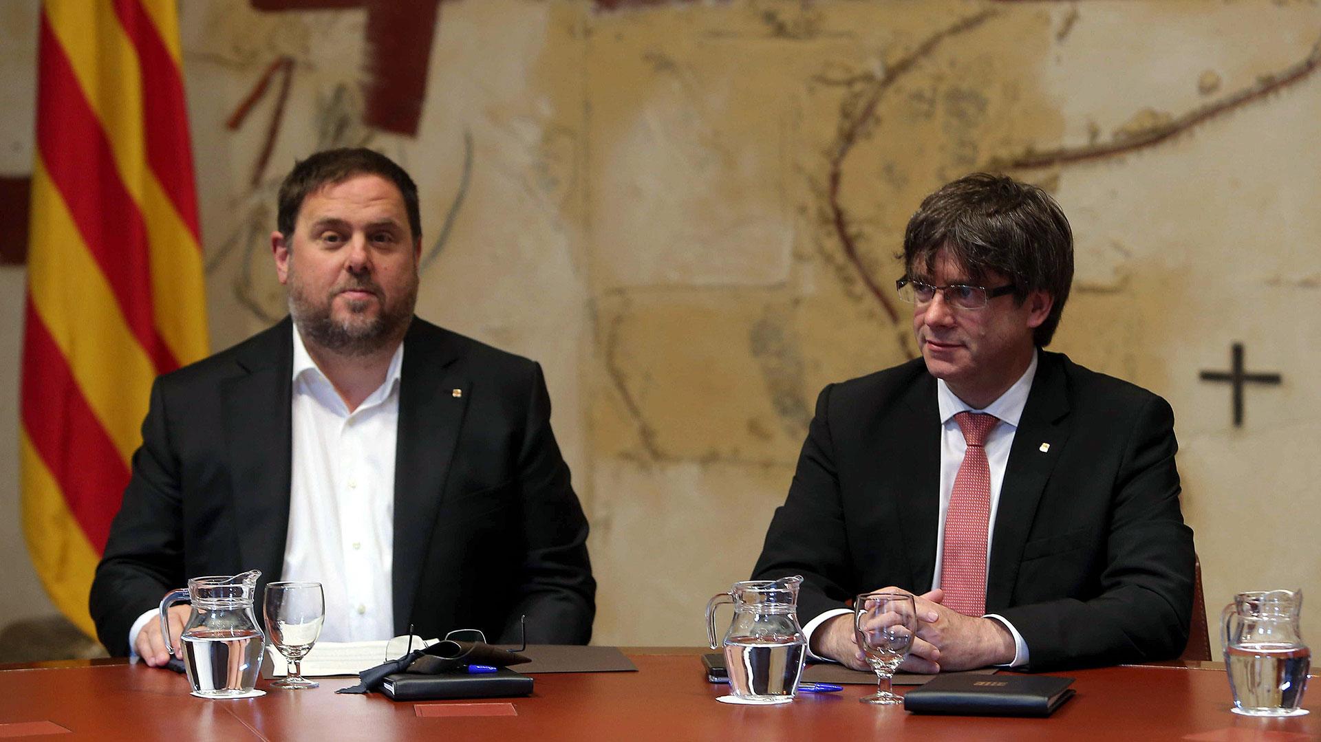 El ex presidente de la Generalitat, Carles Puigdemont, junto al ex vicepresidente catalán, Oriol Junqueras (EFE)