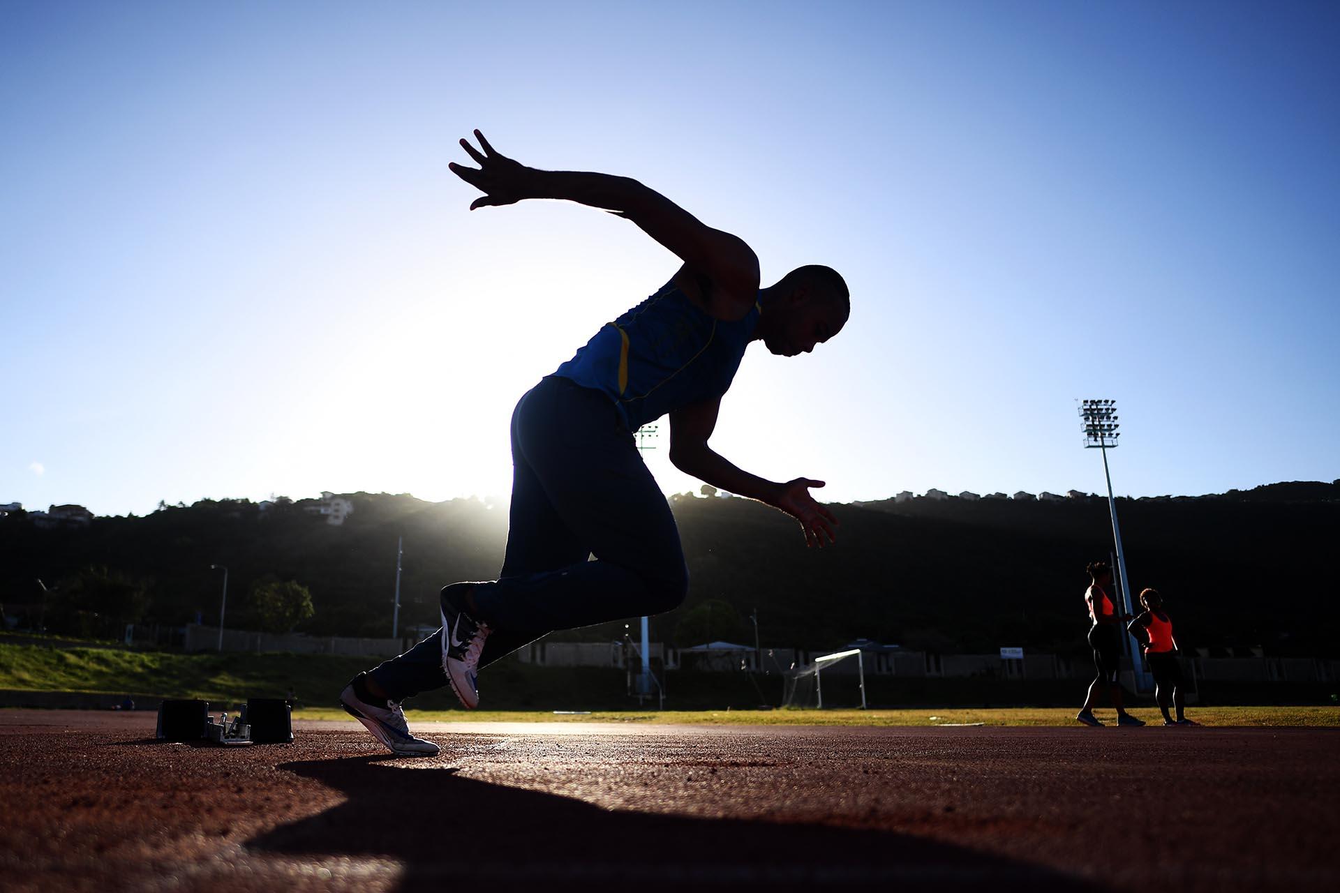 Atletas locales entrenan en una pista del estadio nacional de Kingston, Jamaica. La jubilación inminente de Usain Bolt es un golpe para el atletismo, pero una nueva generación de velocistas jamaicanos está lista para intentar cubrir su lugar