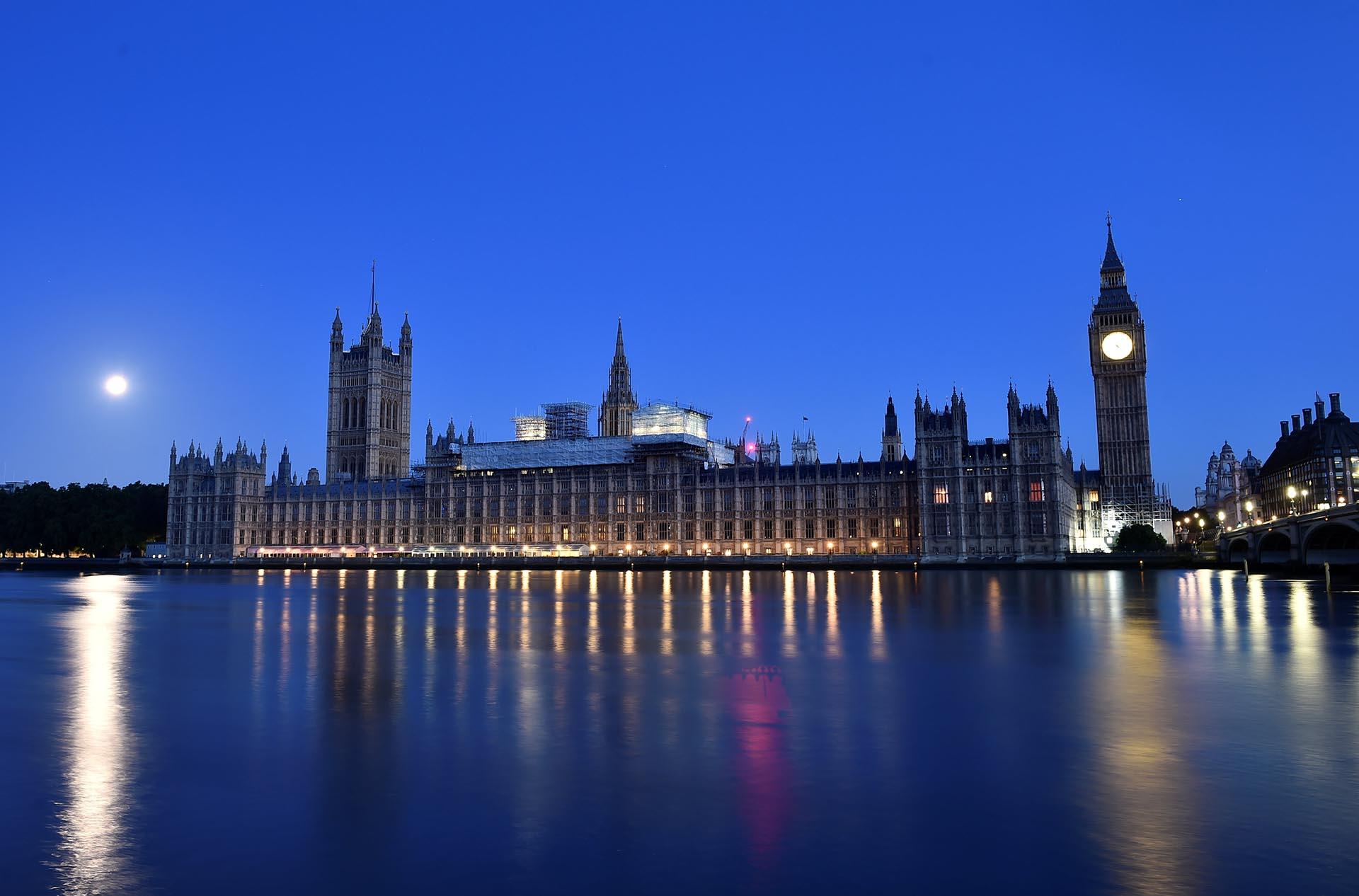 Sale el sol sobre el Parlamento británico el 9 de junio de 2017
