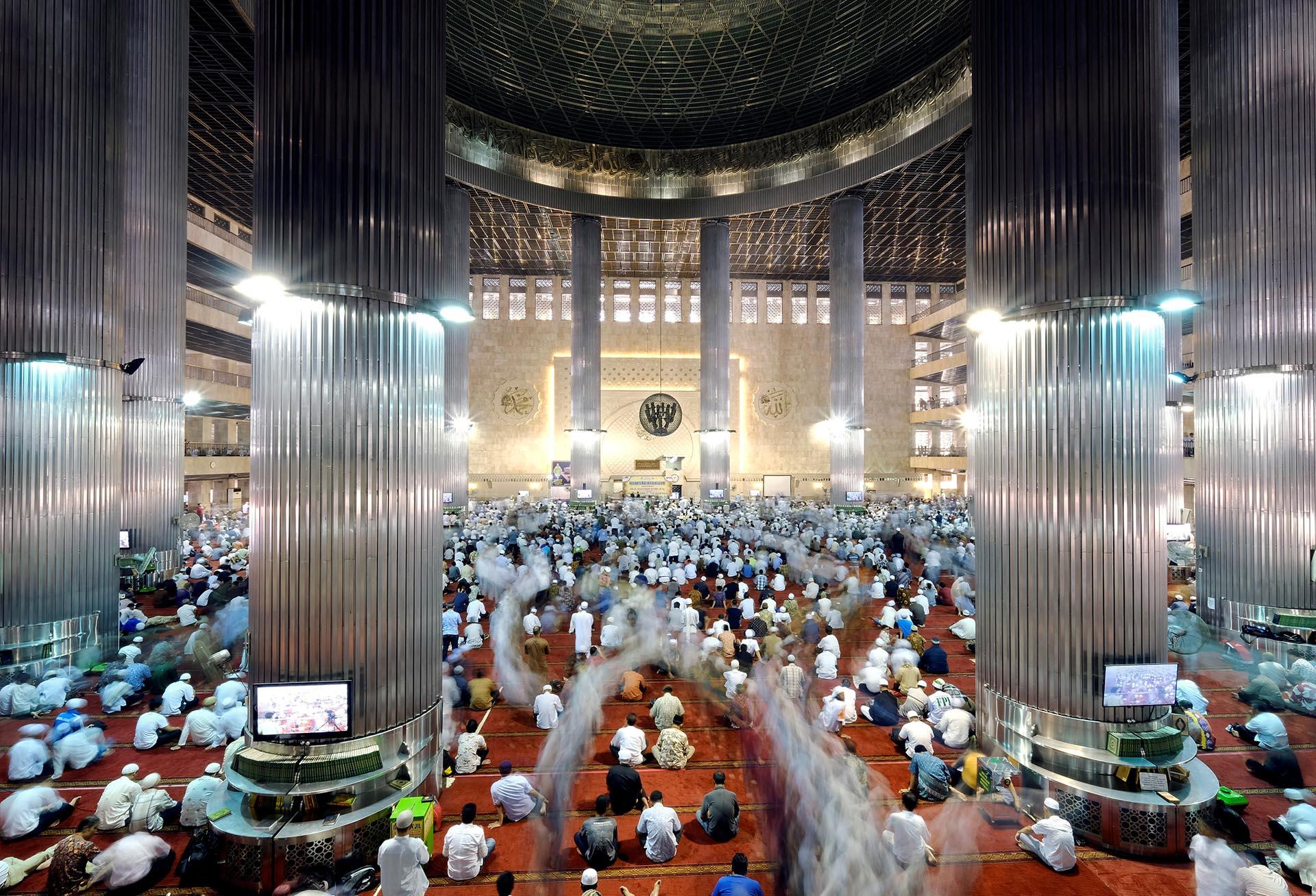 Musulmanes caminan después de una oración en masa durante el mes sagrado del Ramadán en la Mezquita de Istiqlal en Yakarta, Indonesia