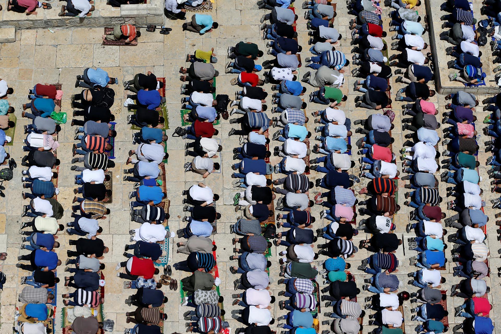 Musulmanes orando por el Ramadán en el recinto conocido por los musulmanes como el Santuario Noble en la Ciudad Vieja de Jerusalén el 9 de junio de 2017