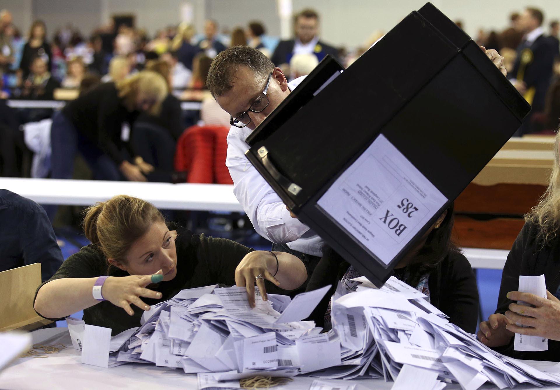 Las urnas de las elecciones británicas son vaciadas para ser contadas en el Emirates Arena de Glasgow, Escocia