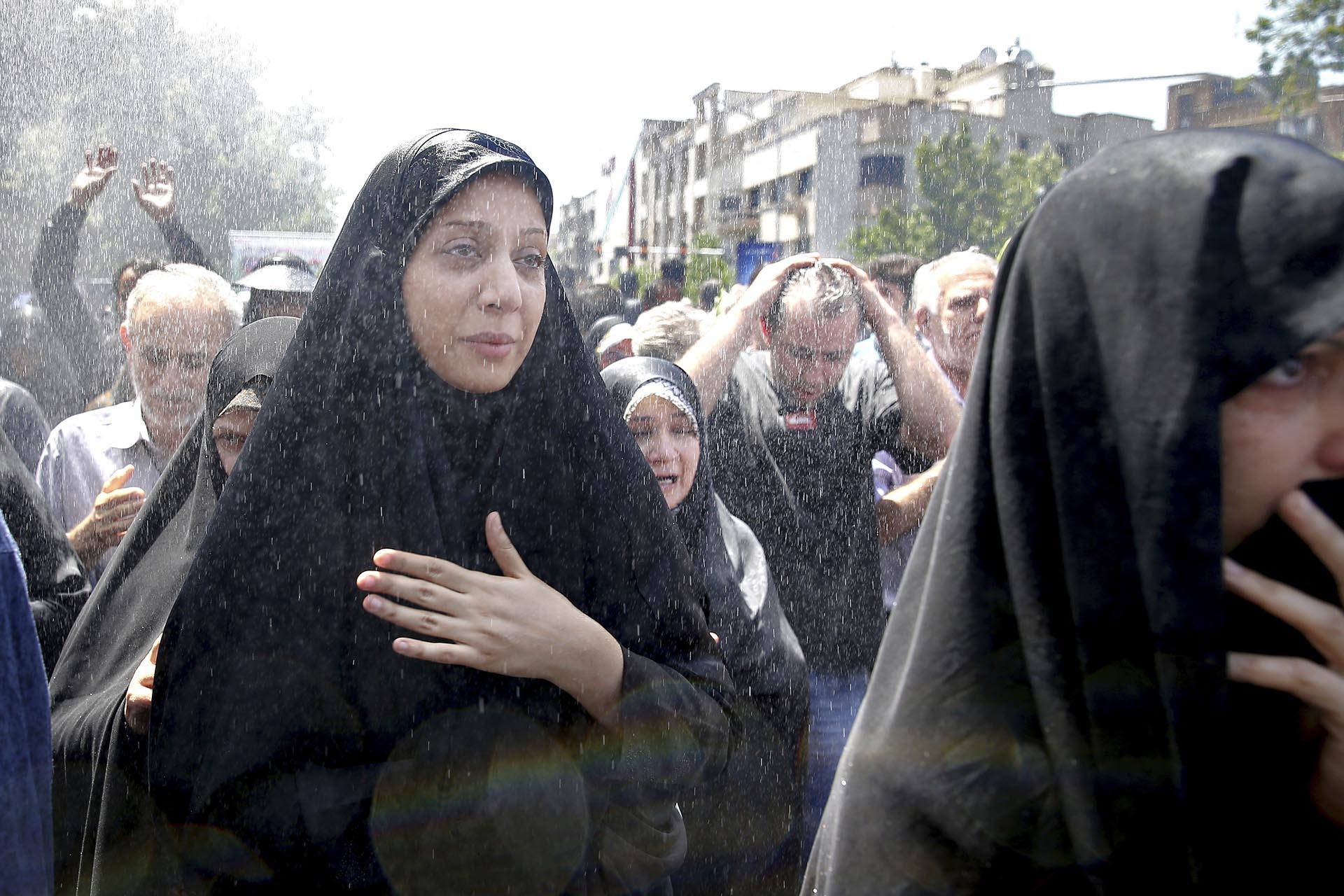 Iraníes asisten al funeral de las víctimas del ataque del Estado islámico el miércoles en Teherán