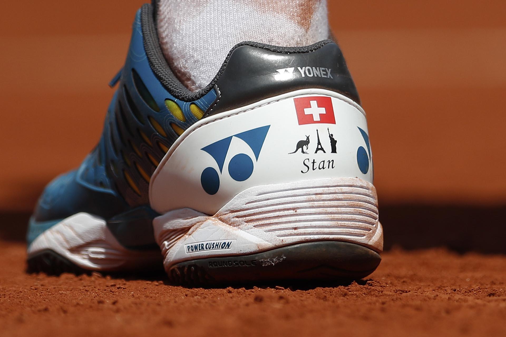 Las zapatillas del tenista suizo Stan Wawrinka en la seminifinal de Roland Garros lucen su nombre y las imágenes de un Wallaby, la Torre Eiffel y la Estatua de la Libertad por los tres lugares donde ganó títulos Grand Slam