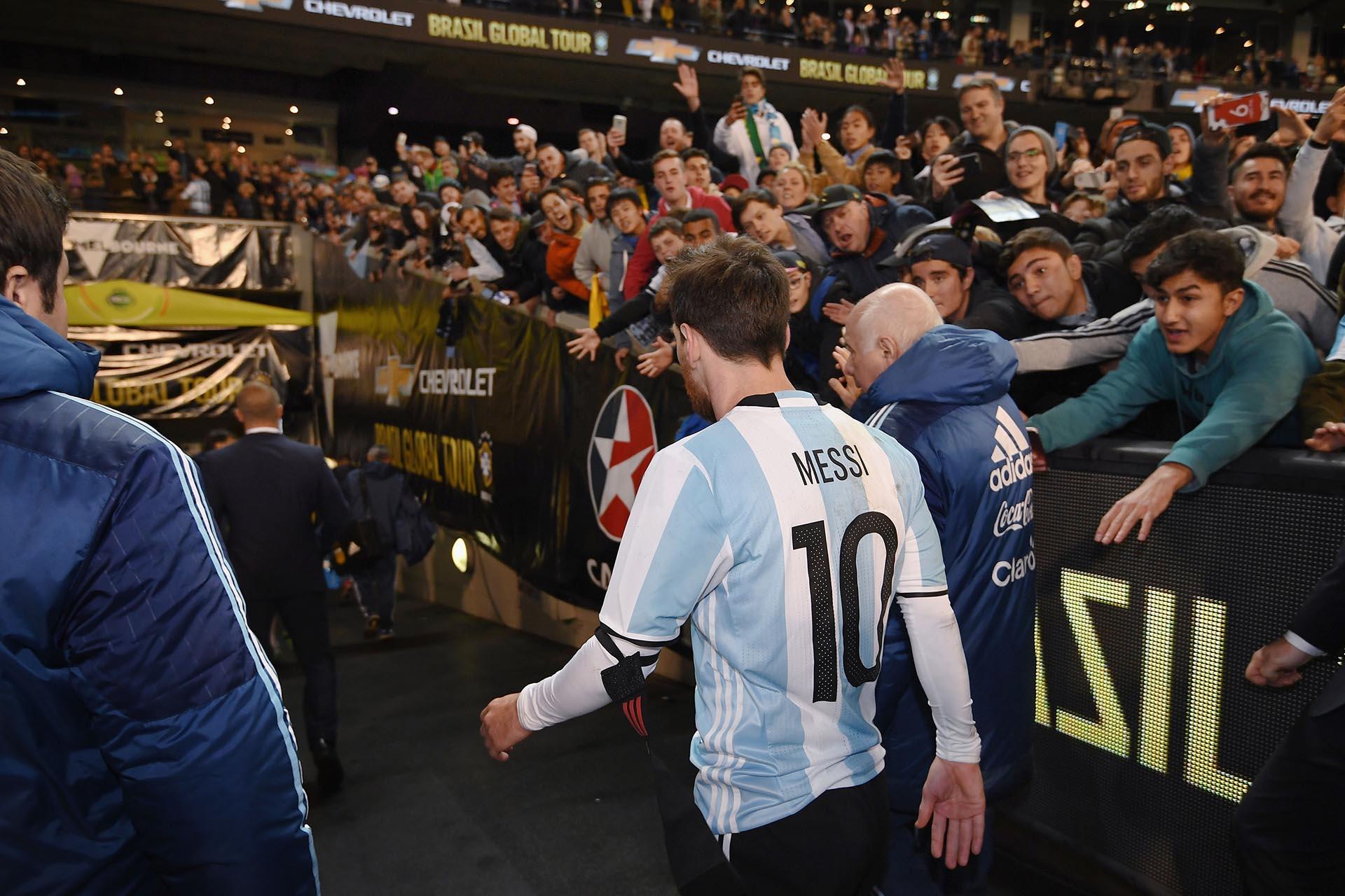 Lionel Messi deja el terreno de juego durante el partido entre Brasil y Argentina en Melbourne, Australia