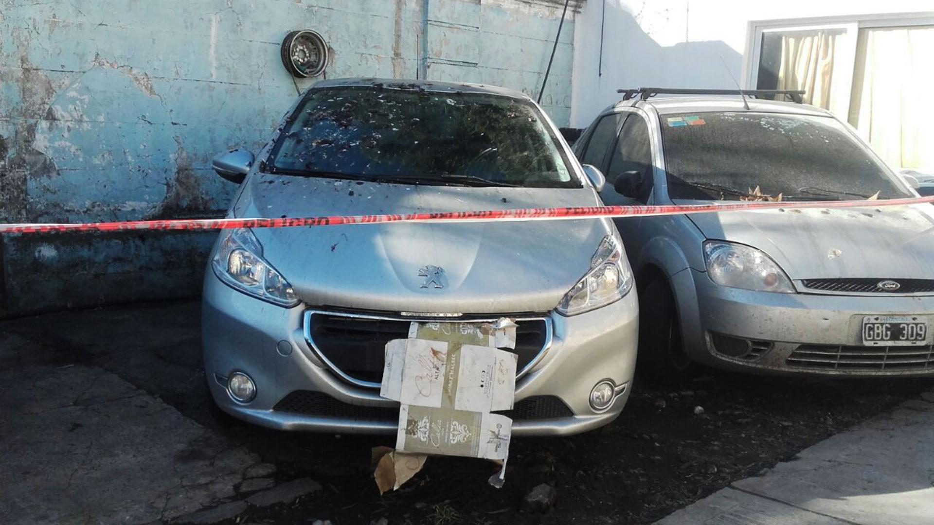 El dueño de un Peugeot 208 robado fue testigo este viernes de un macabro hallazgo cuando fue a un playón policial a retirar el vehículo y encontró el cadáver de un hombre dentro del baúl