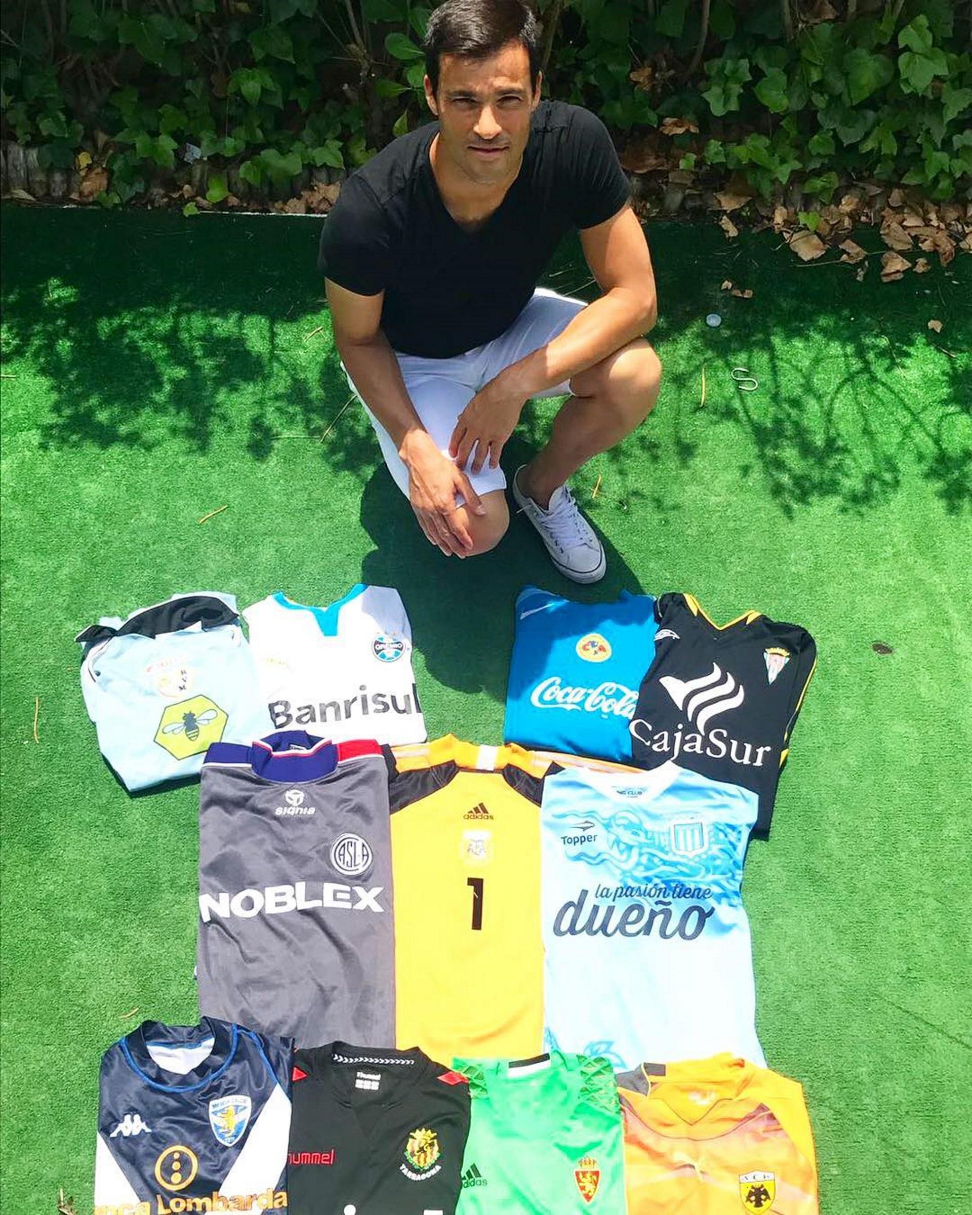Saja compartió una imagen con las diferentes camisetas que vistió para anunciar su retiro