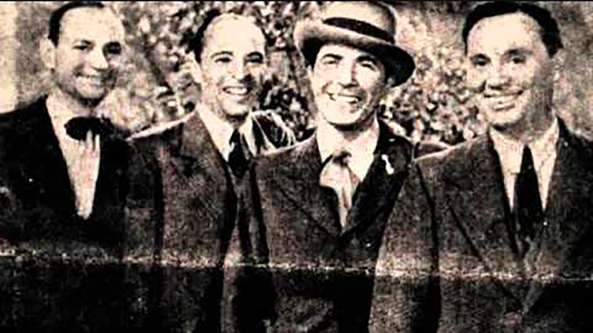 En 1930 Gardel graba la segunda versión de Mi noche triste y define al tango. En la foto posa junto a Guillermo Barbieri, José María Aguilar y Ángel Domingo Rivero, sus músicos.