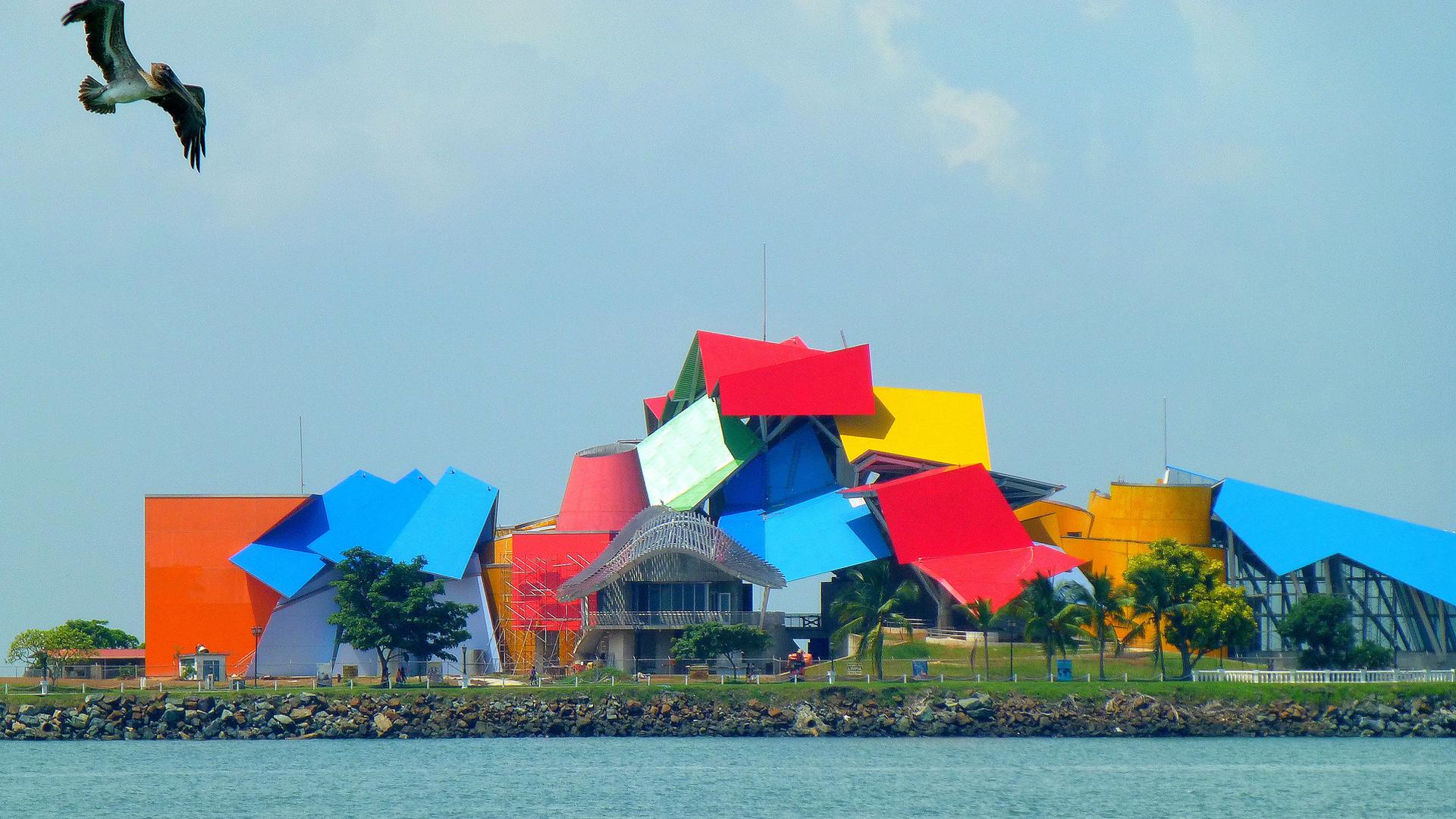 Fue inaugurado en 2013; cuentas con paneles superpuestos de colores vivos que lo convierten en único, y representa su vinculación con la ecología