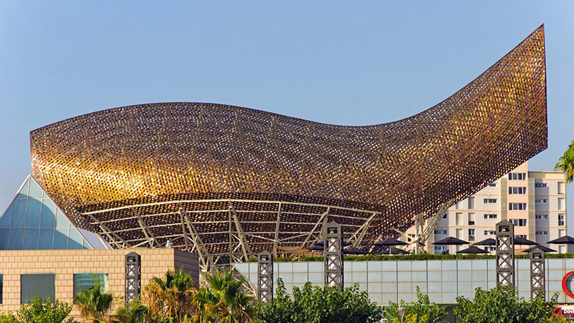 Cuenta con 56 metros de largo y 35 metros de altura y está realizado conacero color bronce