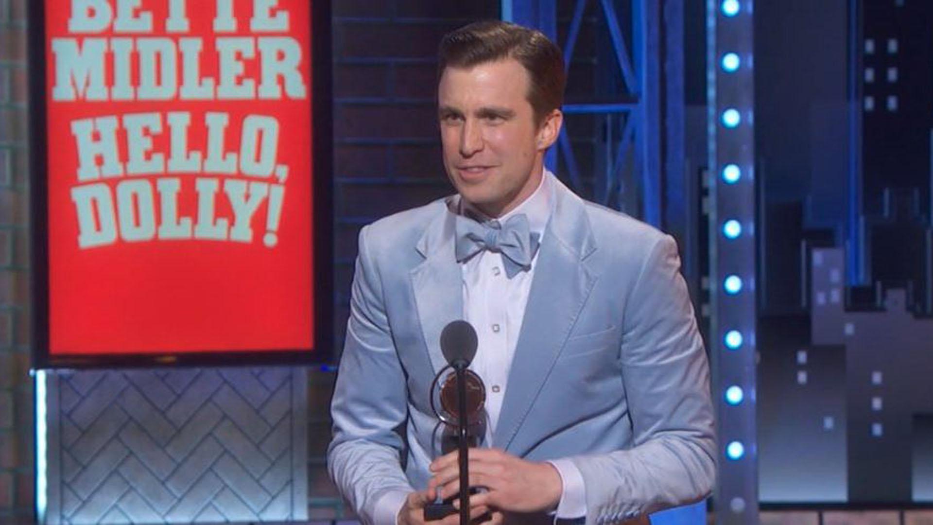 Gavin Creel recibe su Premio Tony por su trabajo en Hello, Dolly!