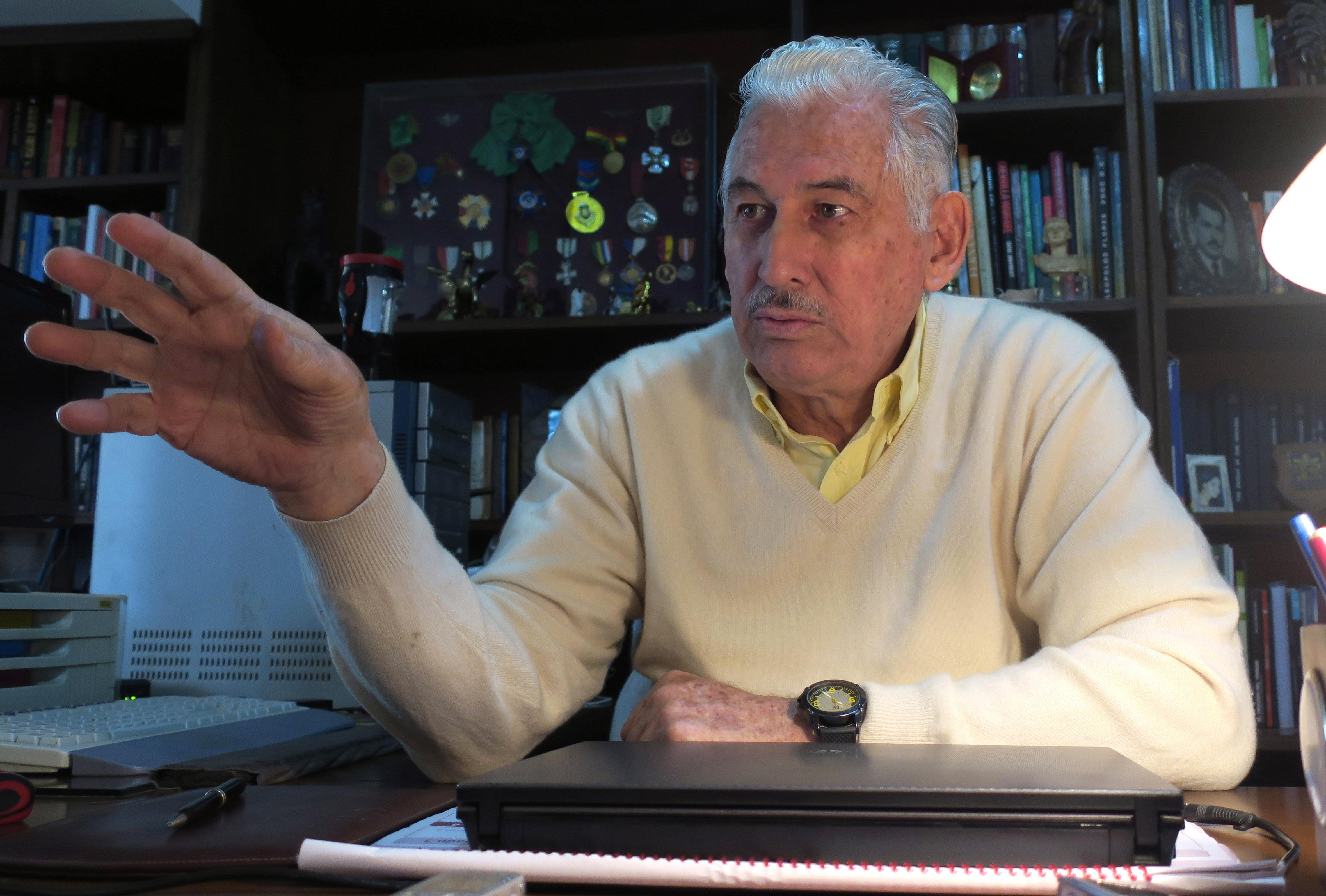 """El general retirado boliviano Gary Prado Salmón, que en octubre de 1967 capturó a Ernesto Che Guevara, afirmó que la cúpula del partido comunista de Cuba mandó al guerrillero argentinocubano """"a morir a Bolivia"""" porque ya no lo toleraba. (EFE)"""