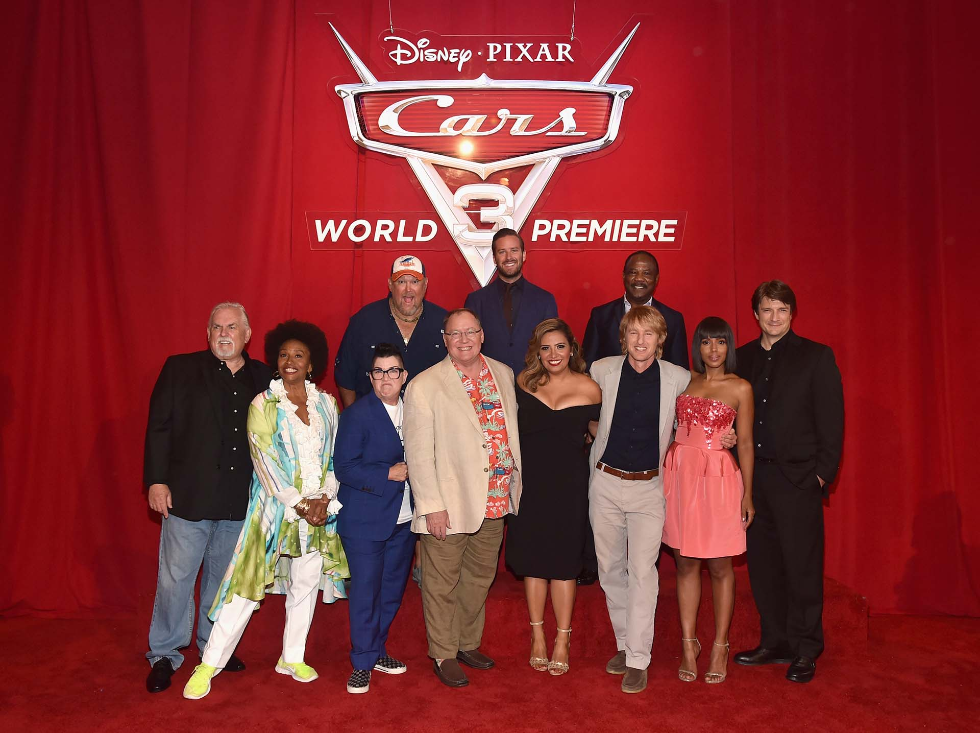 "El elenco completo en la foto oficial de la premiere mundial de ""Cars 3"": Larry the Cable Guy, Armie Hammer e Isiah Whitlock Jr. junto a John Ratzenberger, Jennifer Lewis, Lea DeLaria, John Lasseter, Cristela Alonzo, Owen Wilson, Kerry Washington y Nathan Fillion //: Fotos: Getty Images"