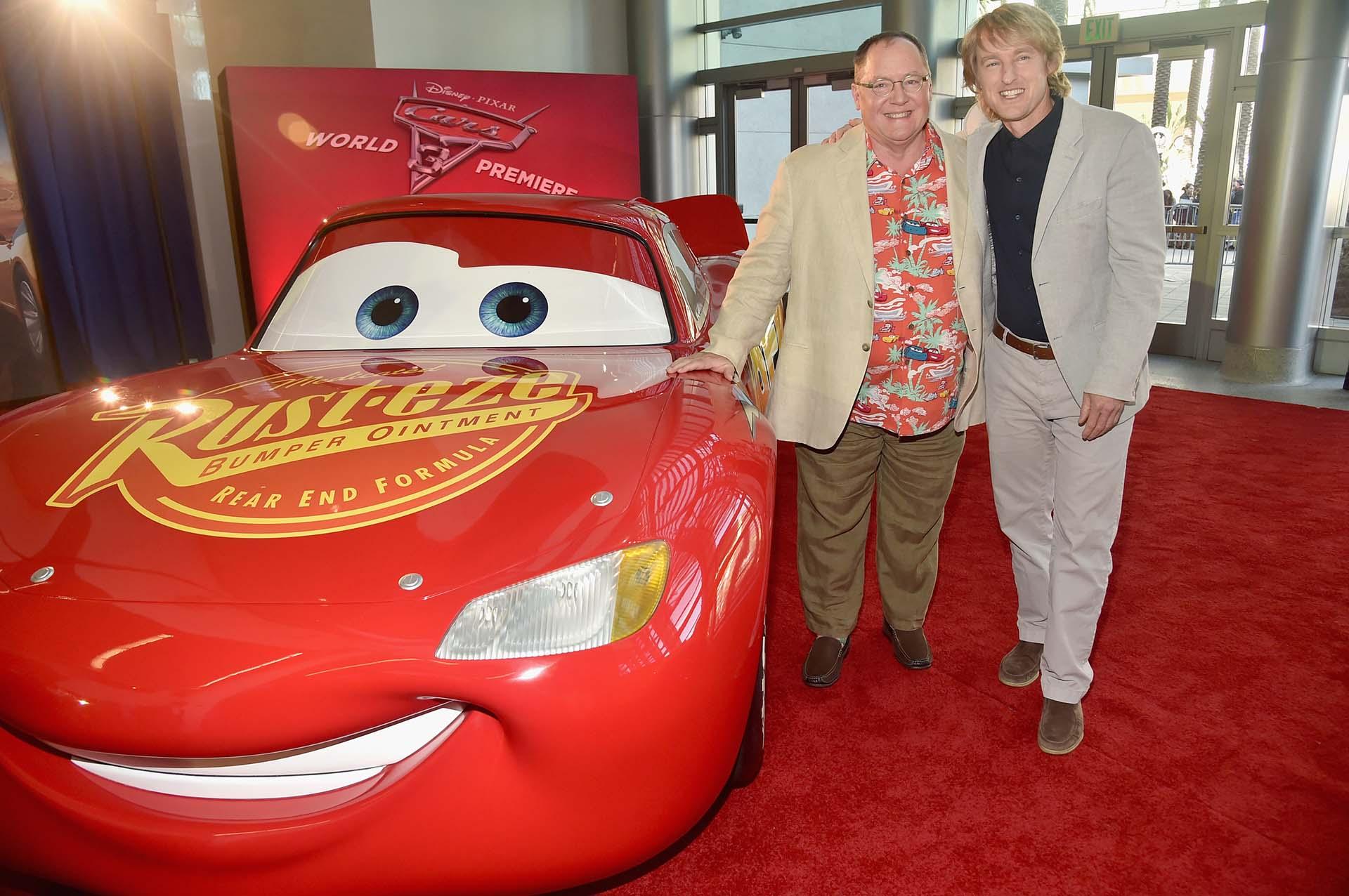 El productor ejecutivo John Lasseter junto a Owen Wilson