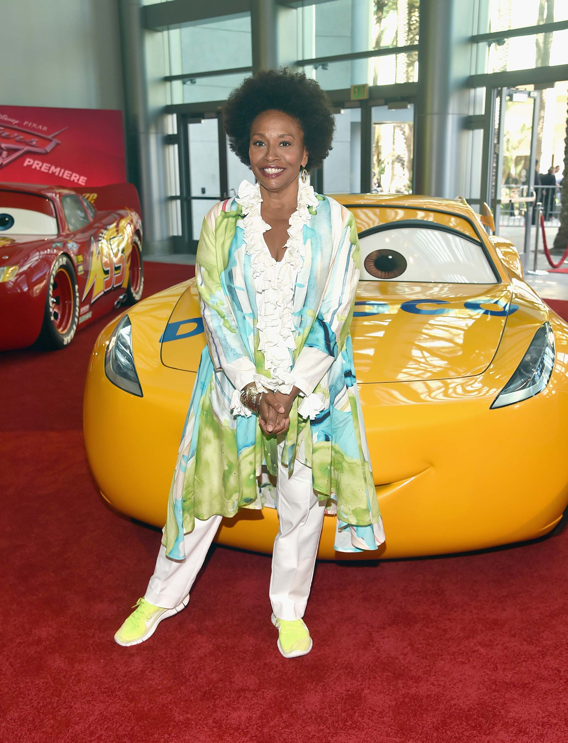 Jennifer Lewis. La esperada película animada continúa el hilo argumental de Cars (2006) y Cars 2 (2011)
