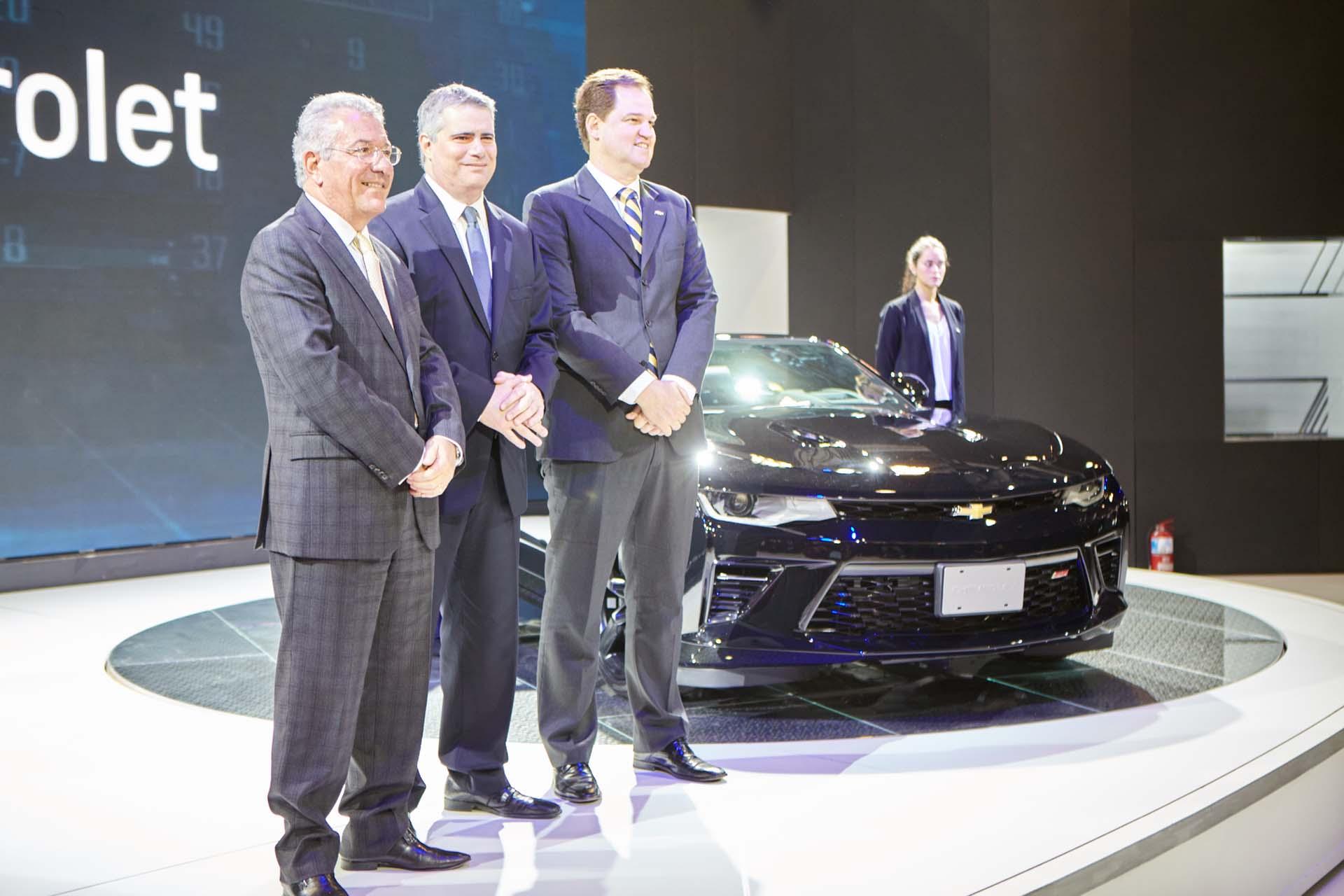 Marcos Munhoz, vicepresidente de GM Mercosur, Carlos Zarlenga, presidente de GM Mercosur y Hermann Mahnke, director de marketing de GM Mercosur, en la presentación del nuevo Chevrolet Camaro SS Coupé (GM)