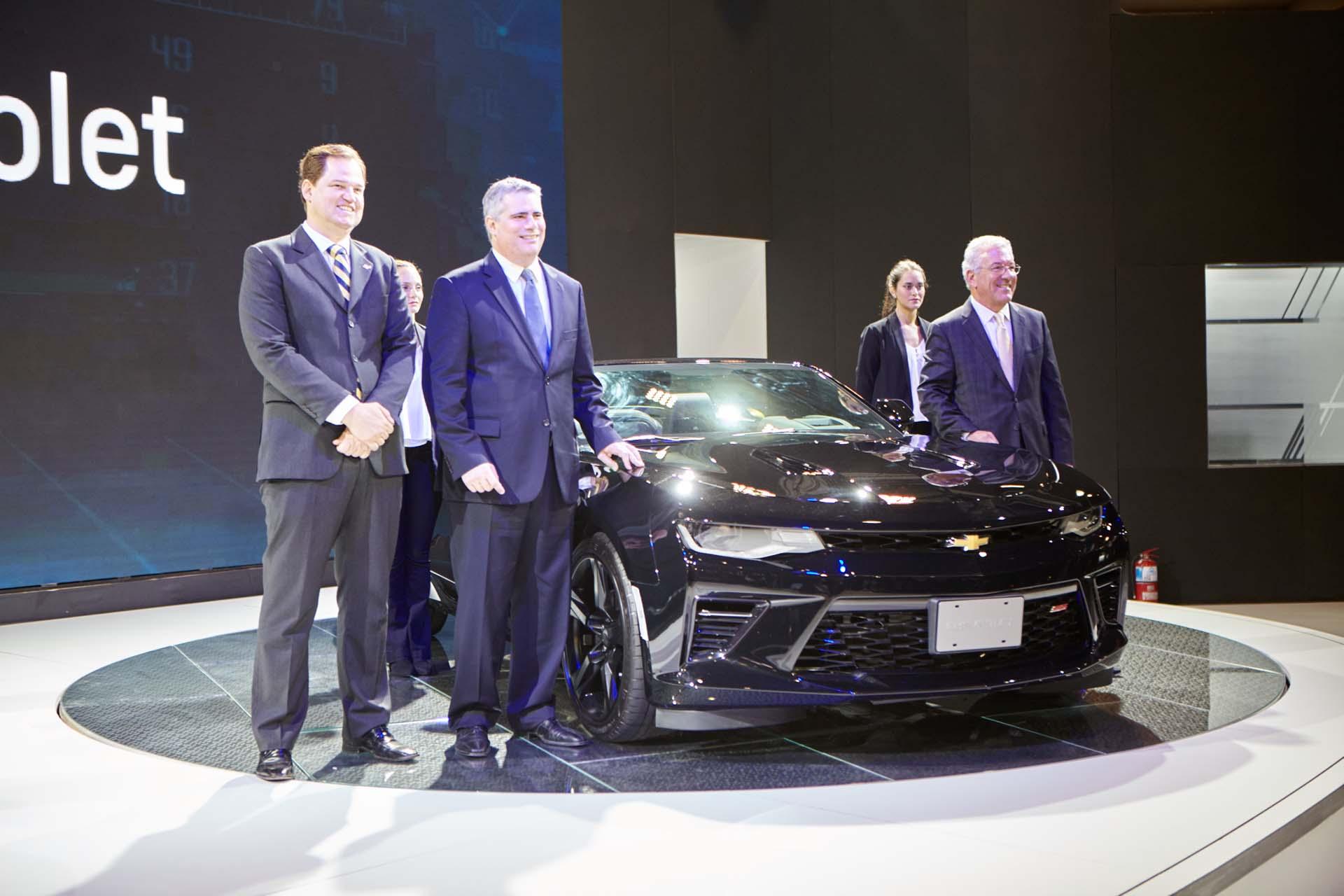 Los directivos de Chevrolet Mercosur junto al nuevo Camaro SS Coupé (GM)