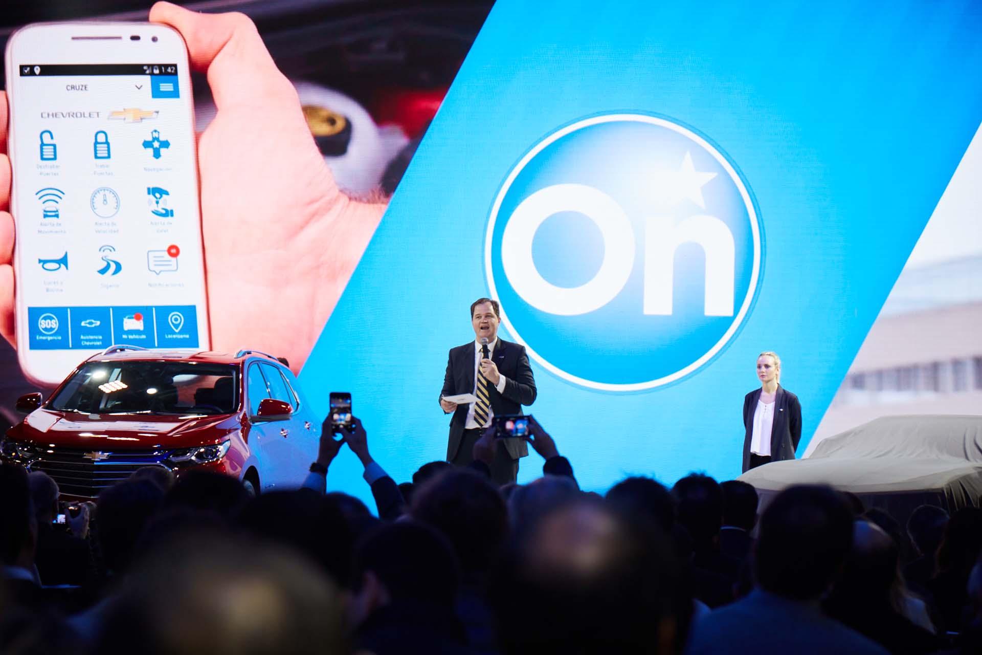 Hermann Mahnke presentando la tecnología OnStar (GM)