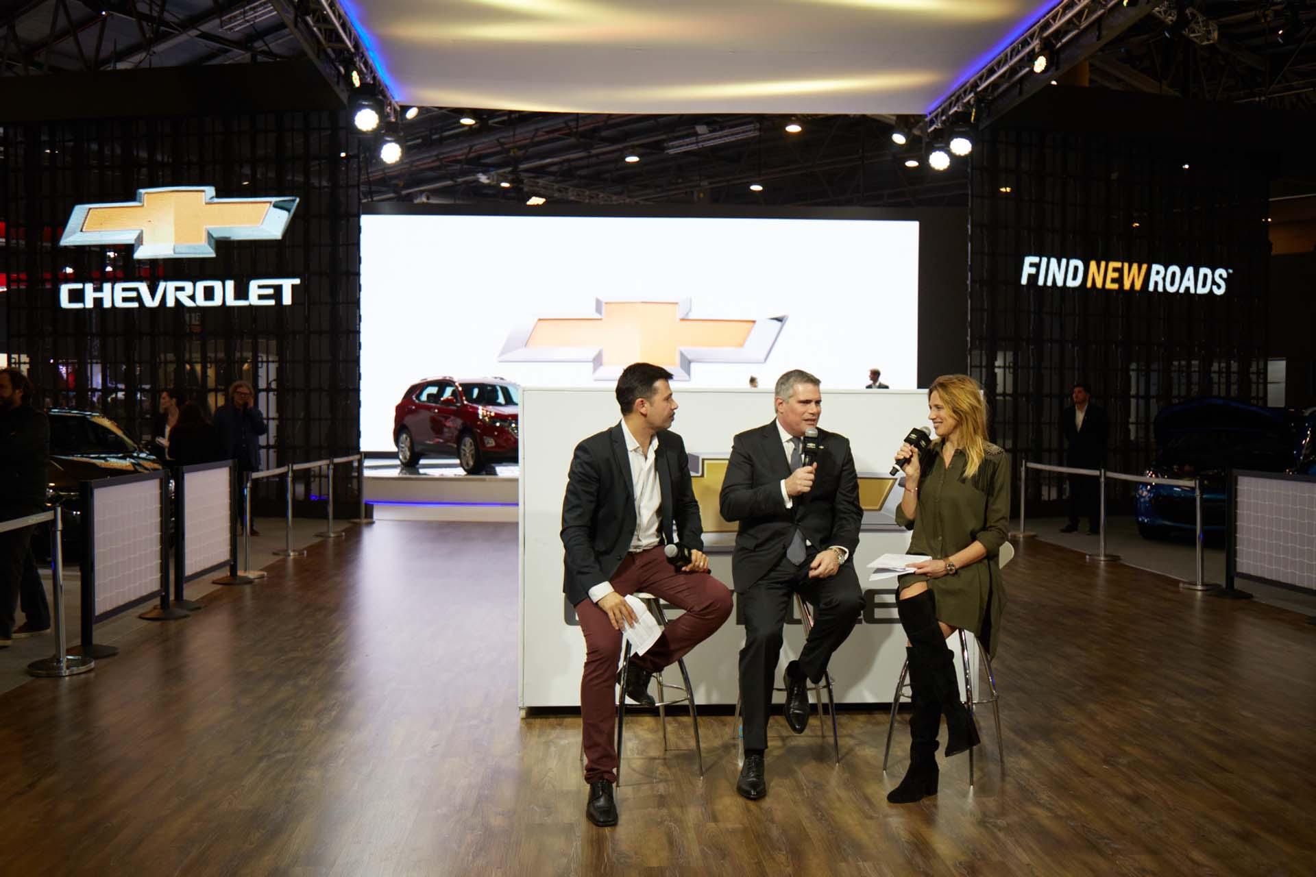 El periodista Santiago do Rego, Carlos Zarlenga y la periodista Alina Moine en la presentación de Chevrolet (GM)