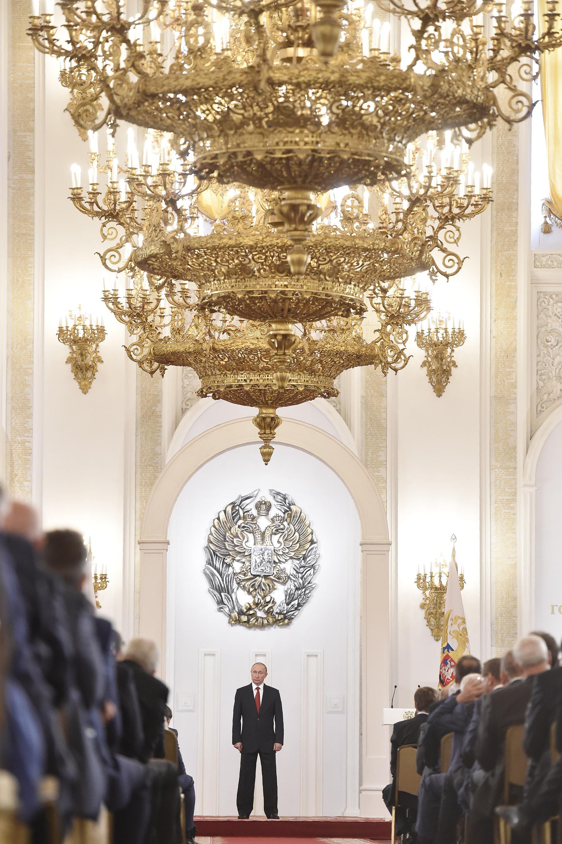 """El presidente ruso Vladimir Putin encabezó la ceremonia de entrega de premios por el """"Día de Rusia"""", en el gran palacio del Kremlin (AFP)"""