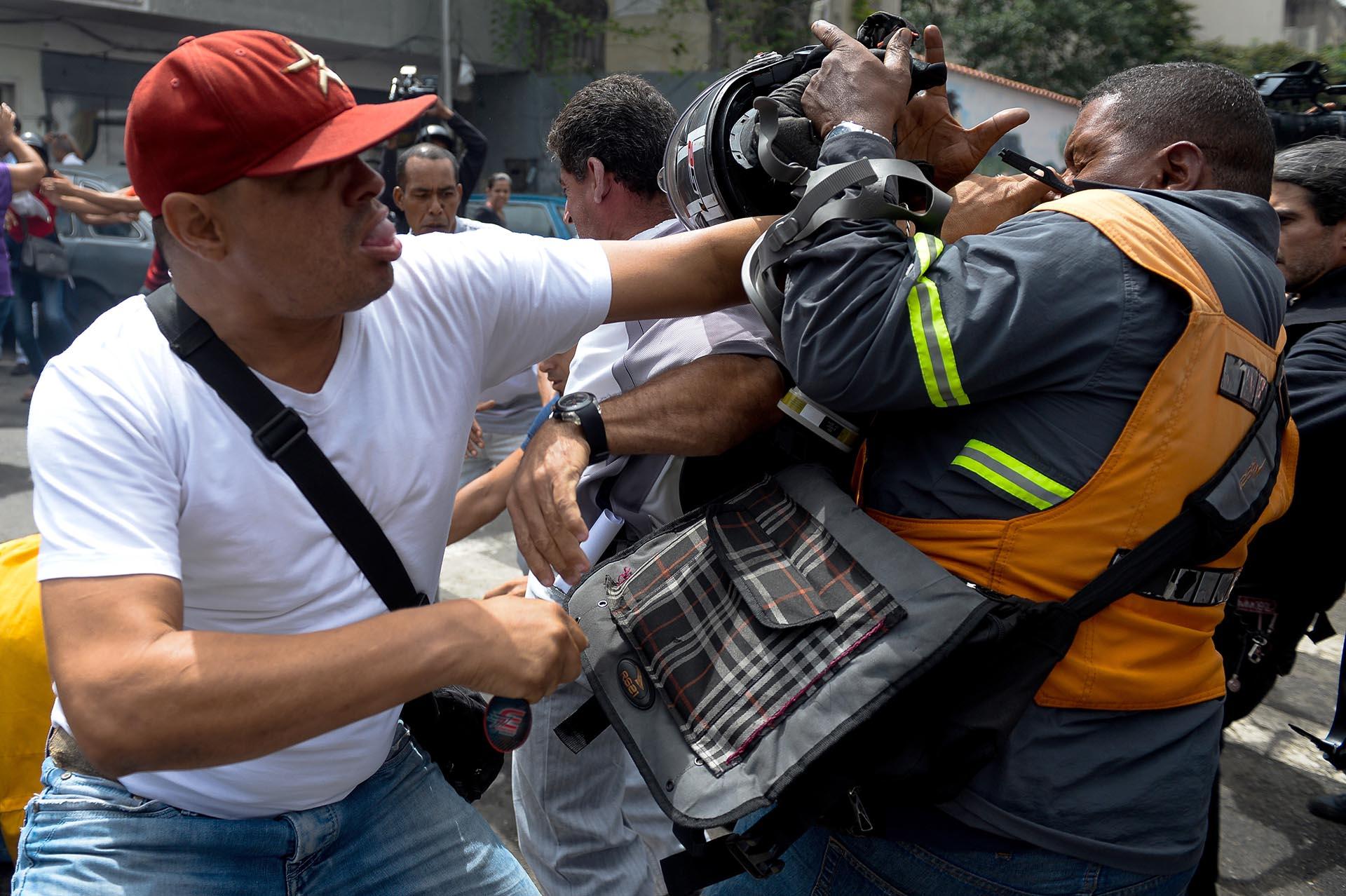 Colectivos chavistas agreden a manifestantes de la oposición frente a la Corte Suprema de Justicia en Caracas (AFP)