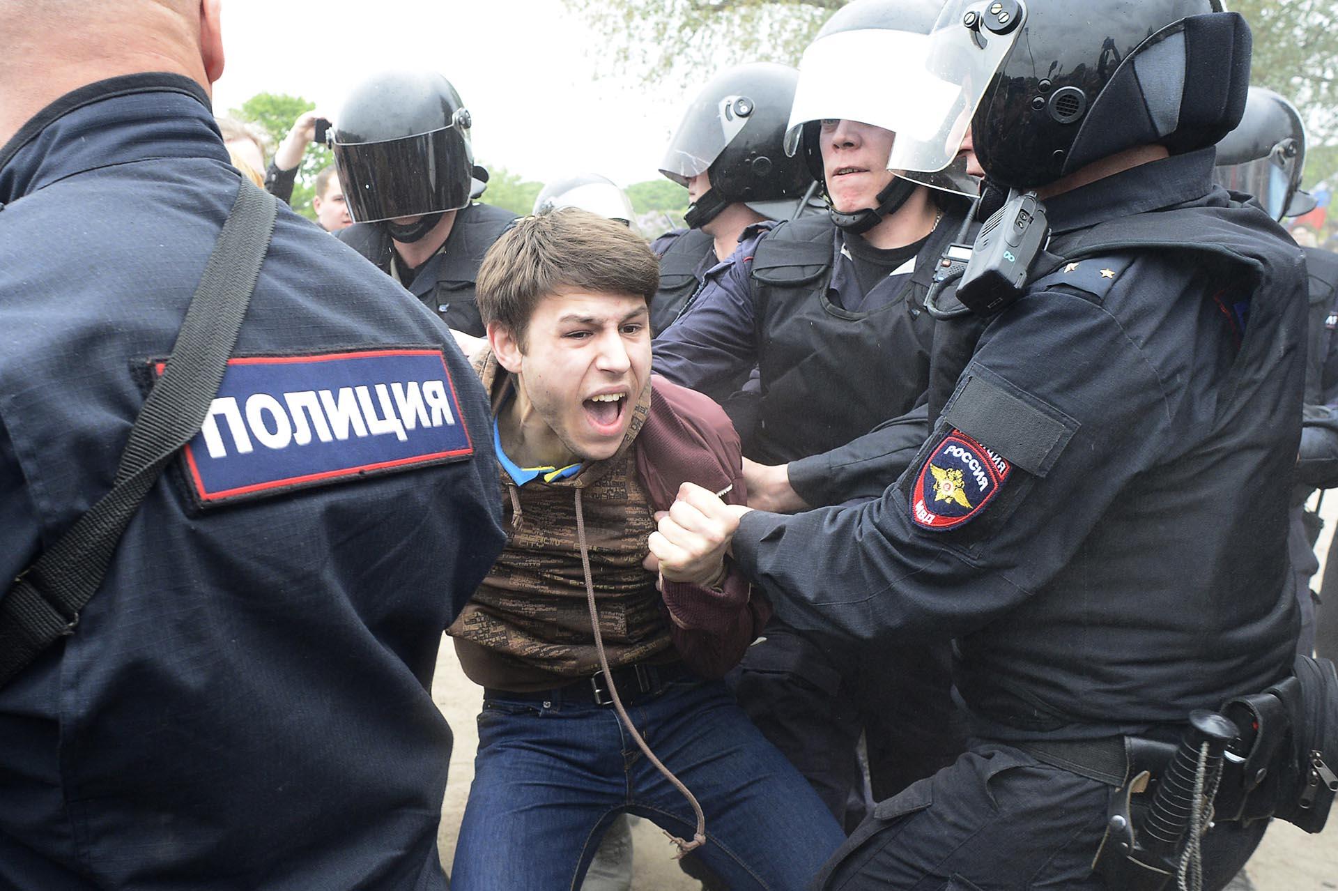 Agentes de la policía rusa detienen a un manifestante durante las protestas de la oposición en San Petersburgo (AFP)