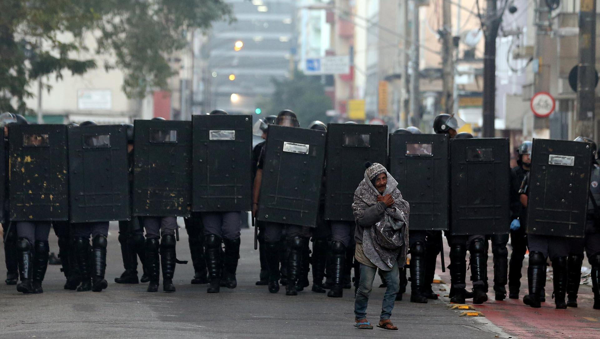 Un manifestante se ubica frente a la policía antidisturbios en San Pablo, durante las protestas contra el presidente Michel Temer (Reuters)