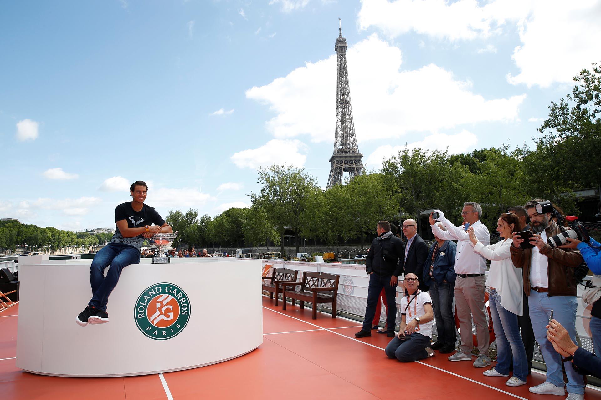 Rafael Nadal posó junto al trofeo de Roland Garros este lunes cerca de la Torre Eiffel, luego de obtener la décima corona al vencer a Stanislas Wawrinka (Reuters)