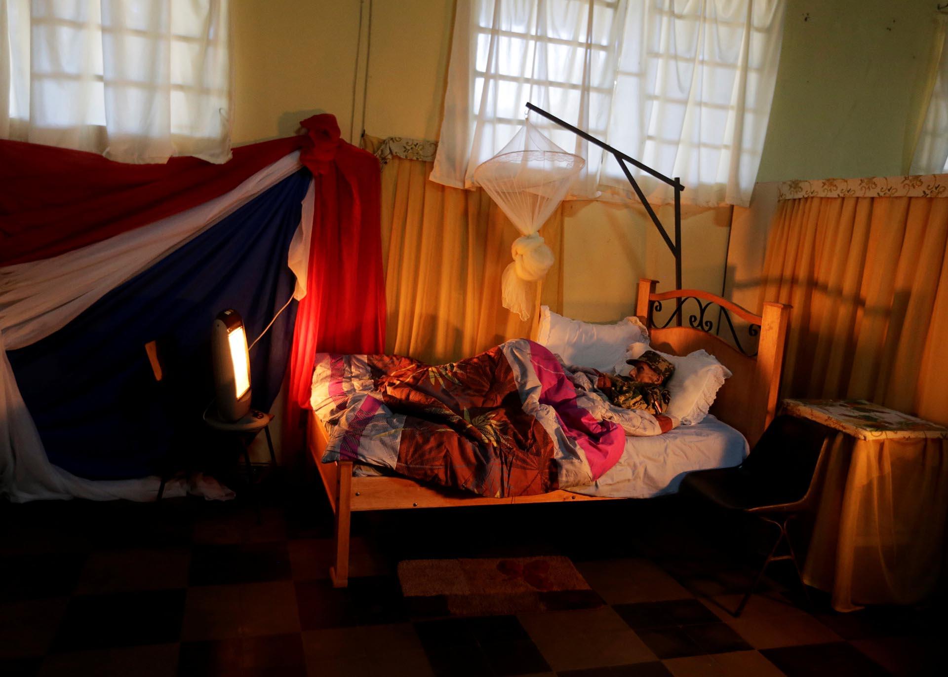 Andrés Benítez, de 104 años, se encuentra en una cama vestido con el uniforme del Ejército paraguayo durante el homenaje a los veteranos de la guerra del Chaco (1932-1935) entre Paraguay y Bolivia (Reuters)