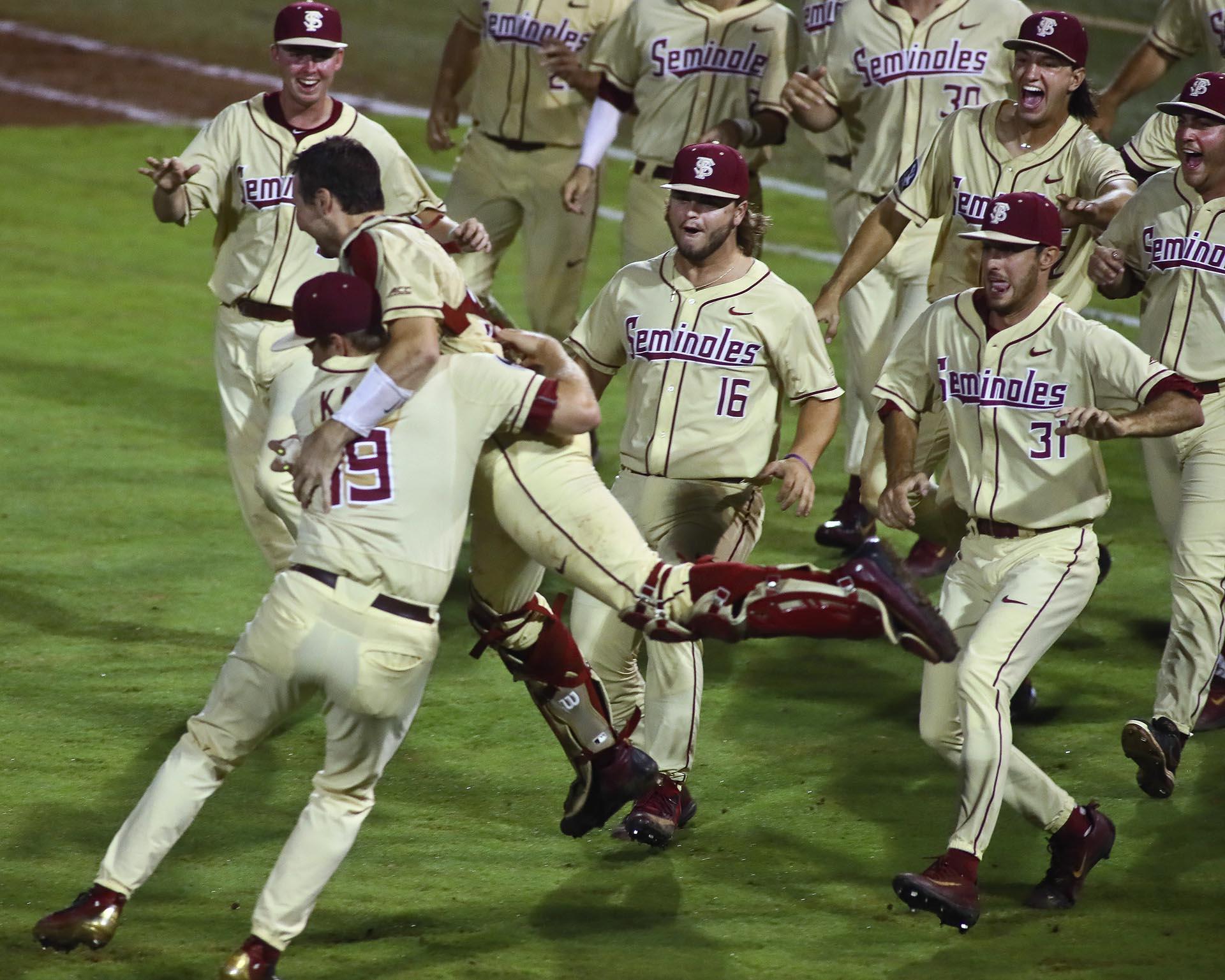 El equipo estatal de Florida Seminoles celebra luego de la victoria ante Sam Houston por la Serie Mundial Universitaria de béisbol (AP)