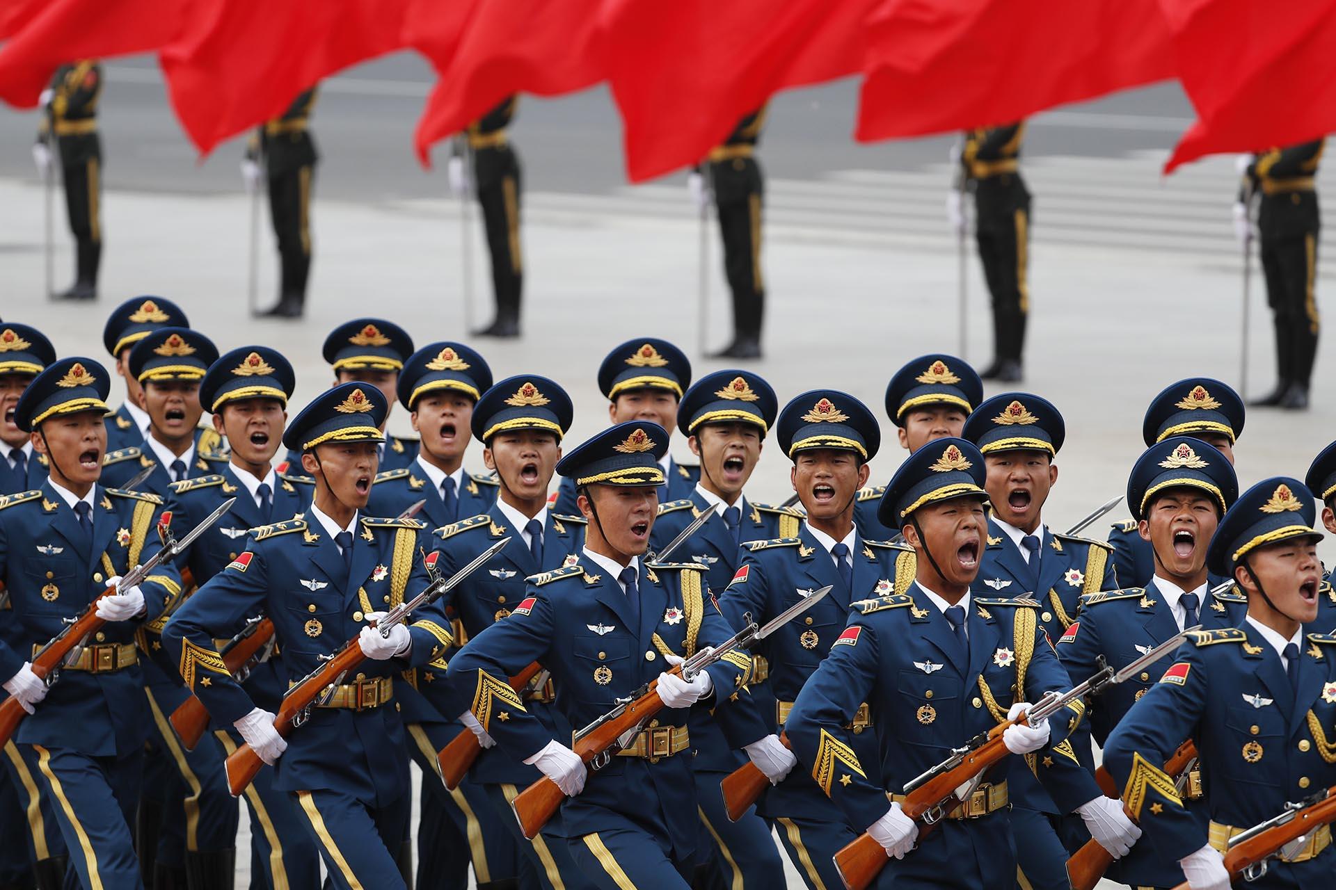 Miembros de la guardia de honor de China desfilan durante la ceremonia de bienvenida al primer ministro luxemburgués Xavier Bettel en Beijing (AP)