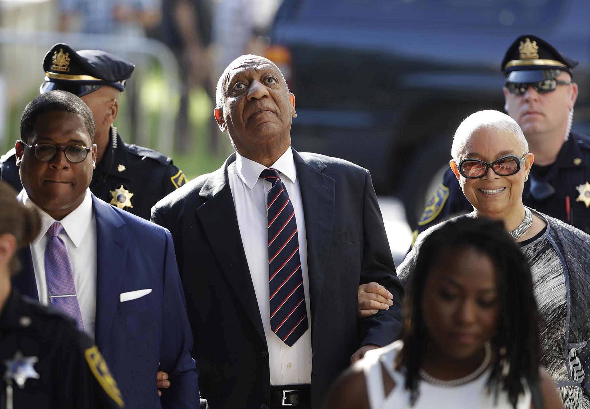 Bill Cosby llega al tribunal del condado de Montgomery en Norristown, en Pensilvania, acompañado de su esposa, para hacer frente al juicio en su contra por agresión sexual (AP)