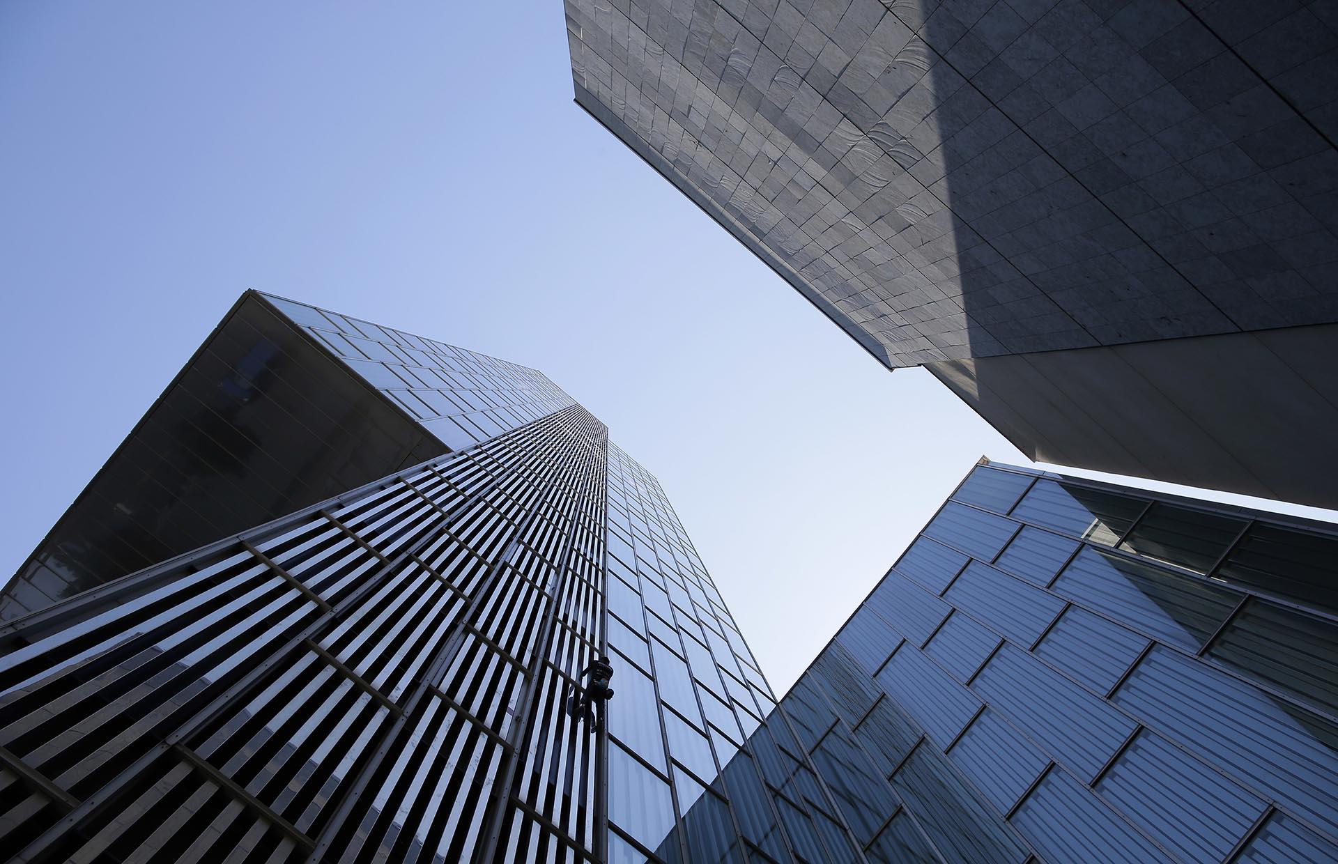 """Alain Robert, el escalador urbano francés conocido como el """"Spiderman"""" de ese país, trepa el hotel Meliá de Barcelona, de 120 metros de altura (AP)"""