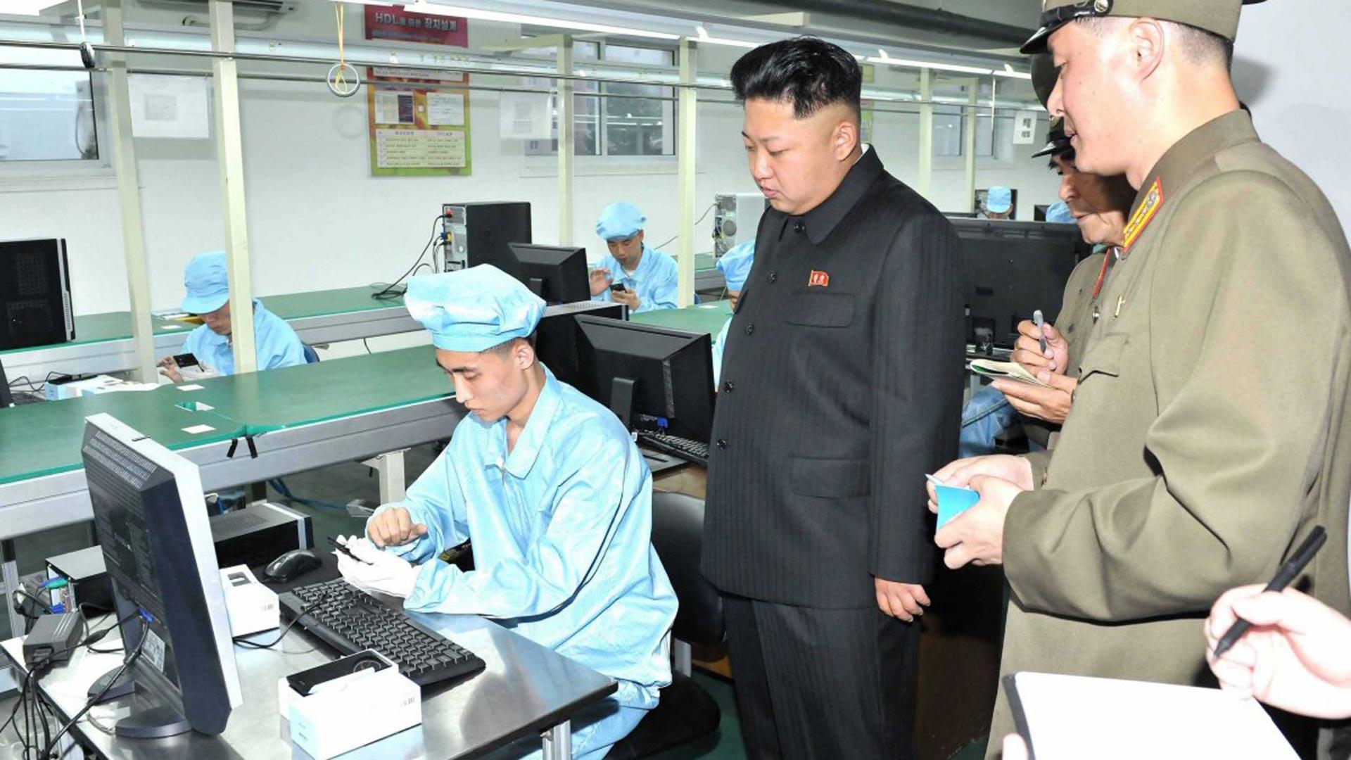 Kim Jong-un visitó la fábrica de los teléfonos norcoreanos. En realidad es un lugar de inspección: se presume que teléfonos y tabletas se encargan a China.