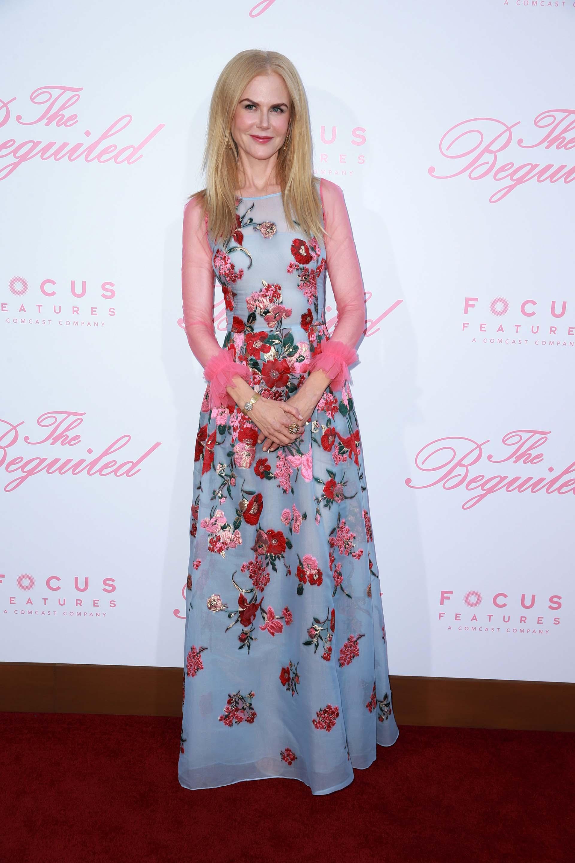 Absolutamente fabulosa: así pasó Nicole Kidman por la red carpet, en la que este vestido con flores y fondo celeste la hizo acaparar todas las miradas