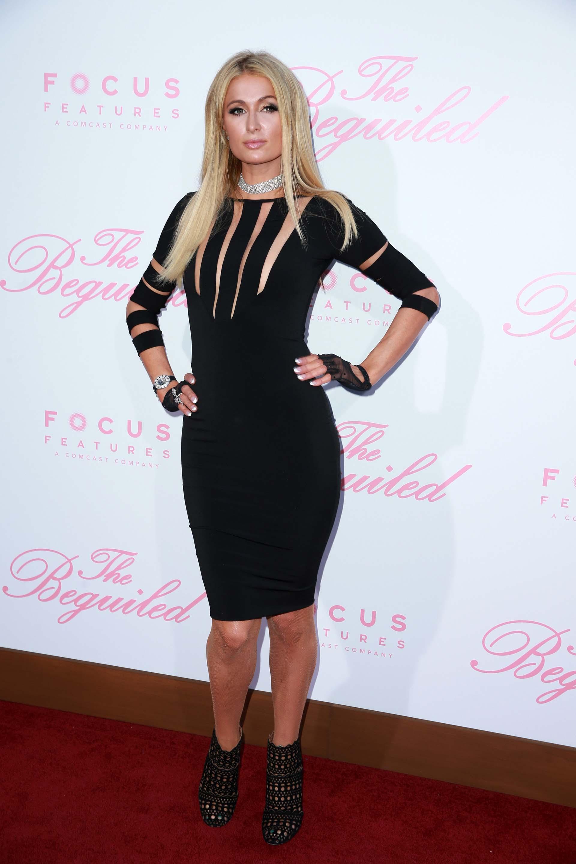 El look rocker de Paris Hilton, quien estuvo entre más invitadas especiales y se acercó a saludar a las protagonistas del film